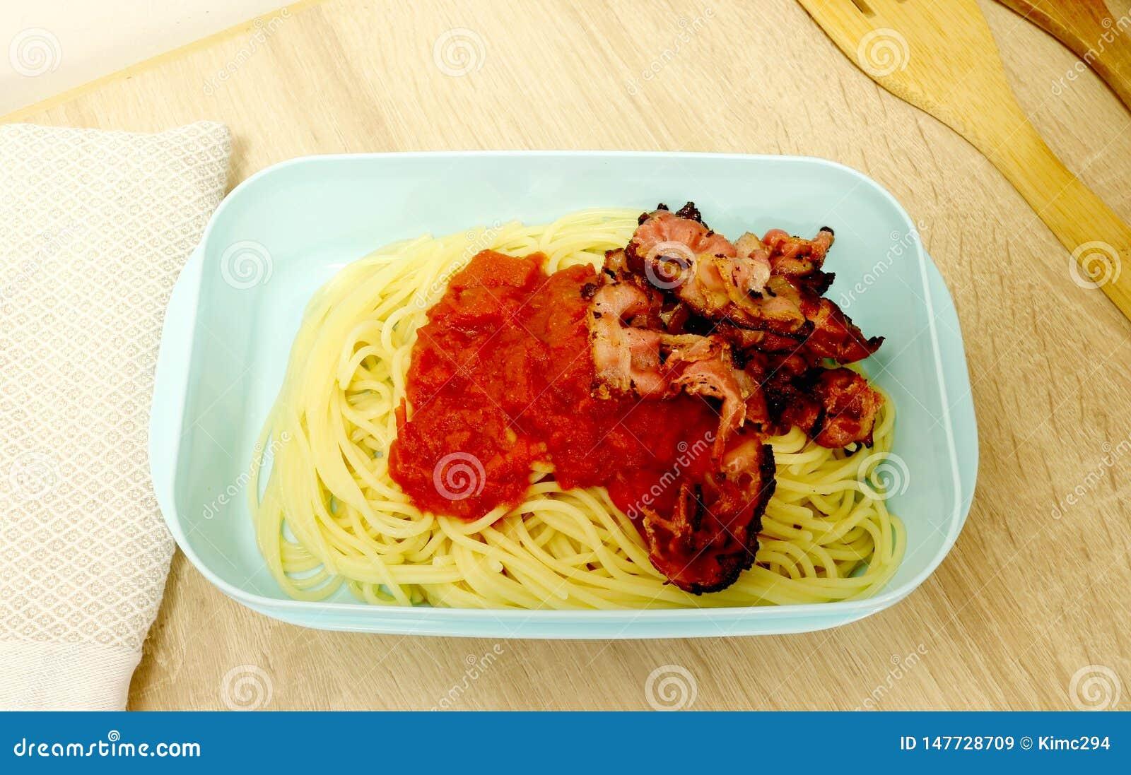 塑料食盒包装与意粉、西红柿酱和烟肉