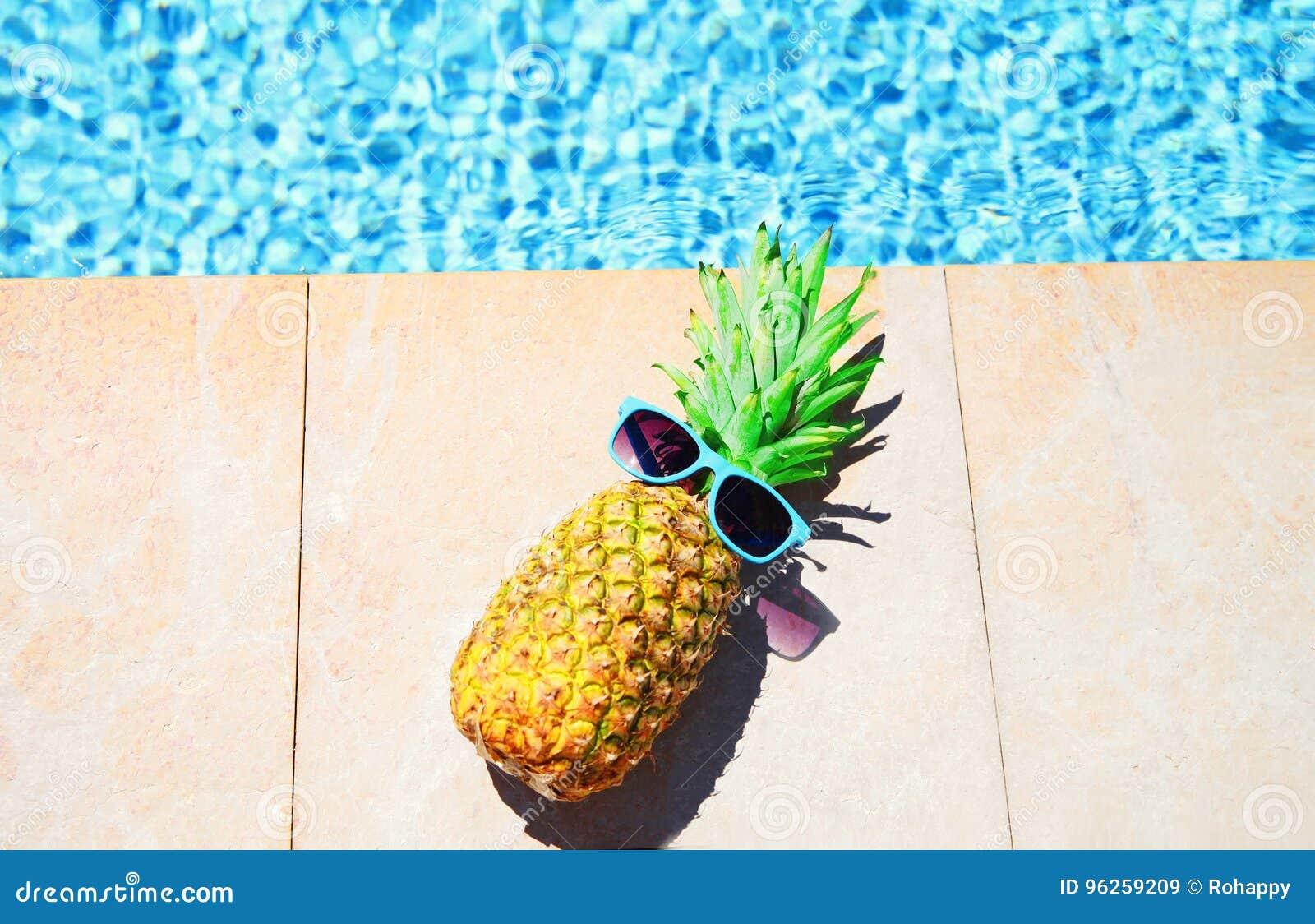 塑造与太阳镜的菠萝,大海水池背景,暑假,