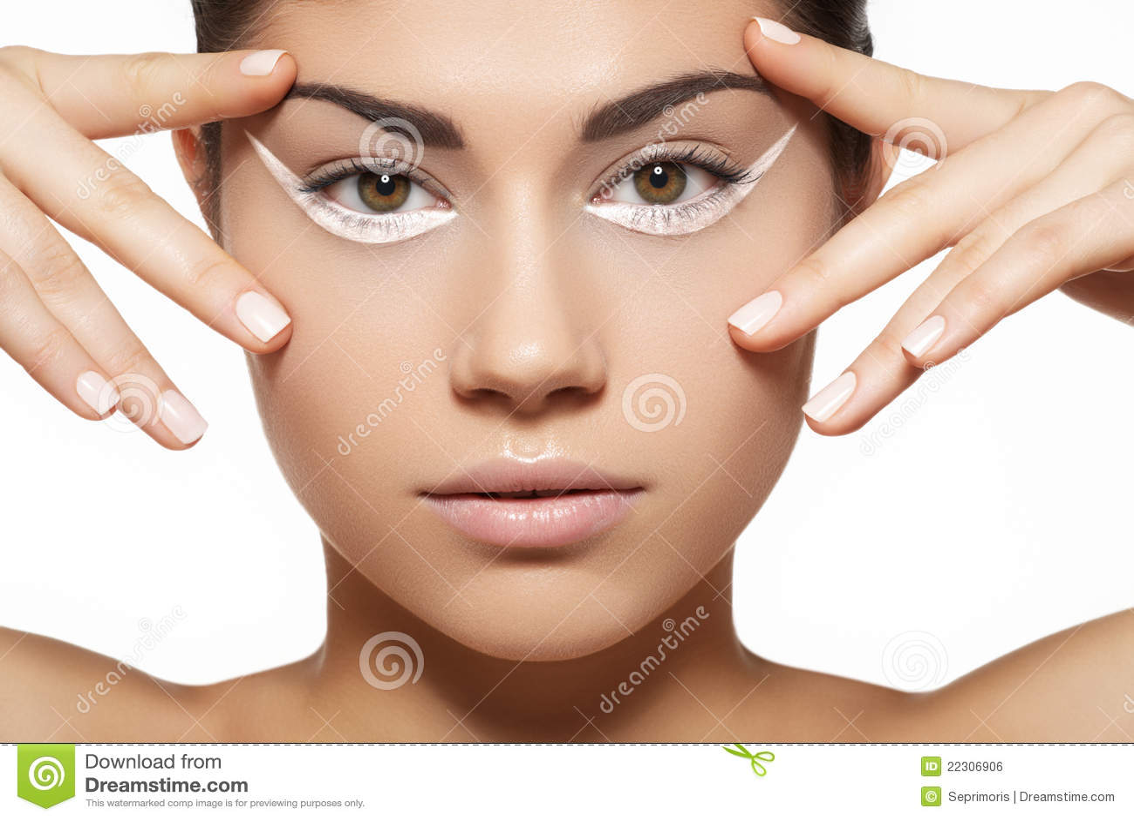 的少妇设计,干净的皮肤和牛奶上色在钉子的修指甲
