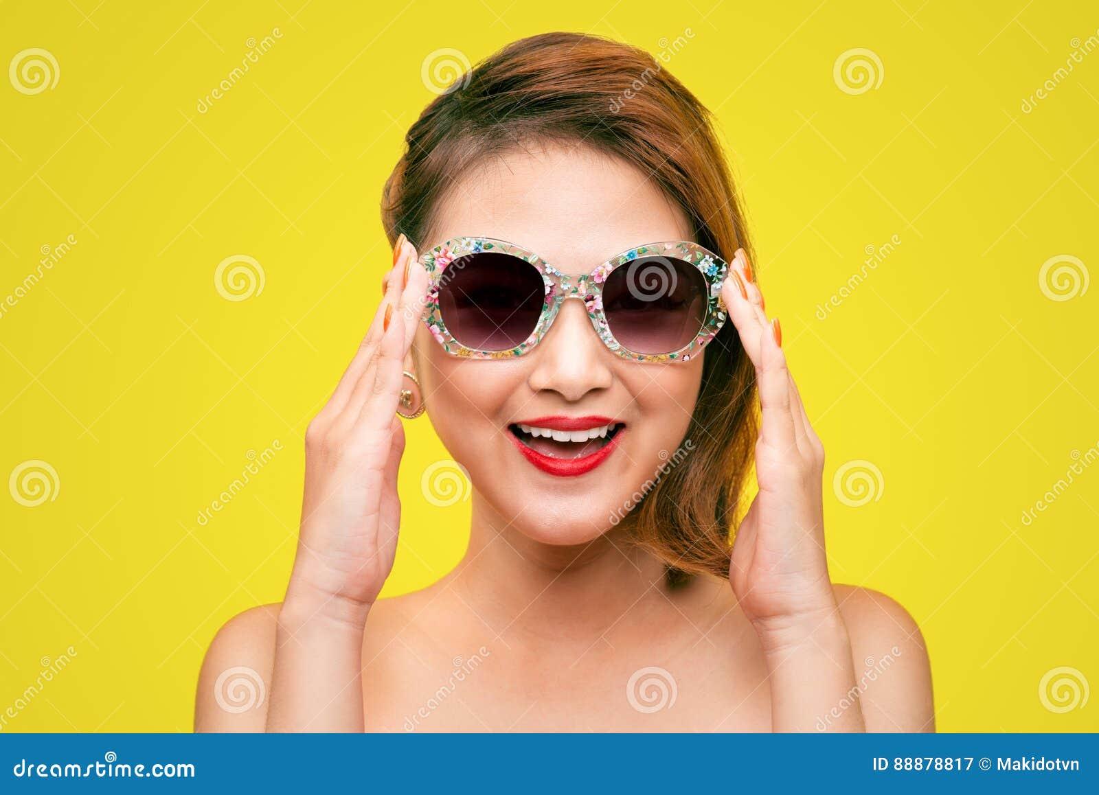 塑造亚裔女孩画象有佩带淡色st的太阳镜的