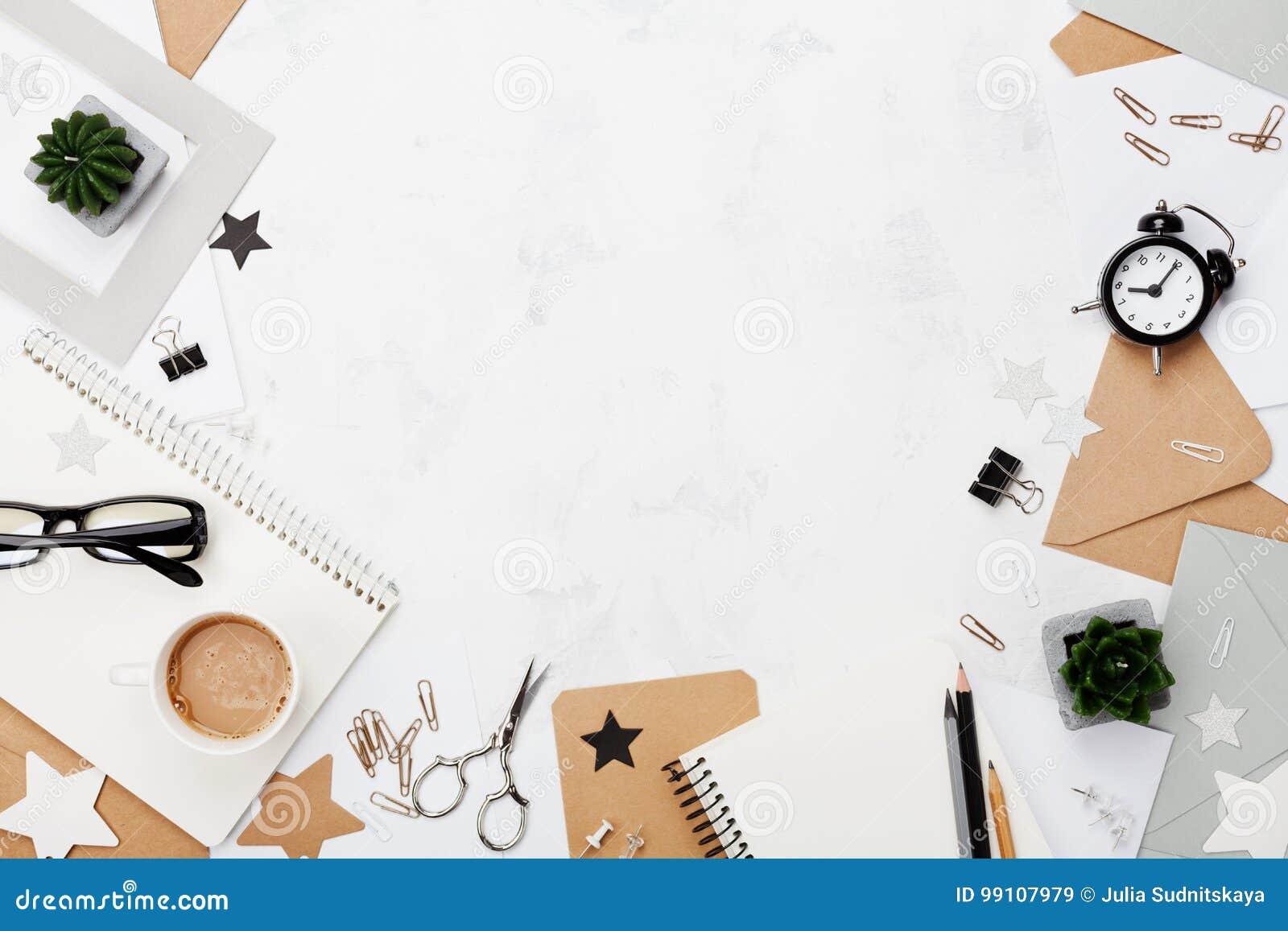 塑造妇女运转的书桌用咖啡,办公用品,闹钟并且清洗笔记本顶视图 平的位置 复制文本的空间