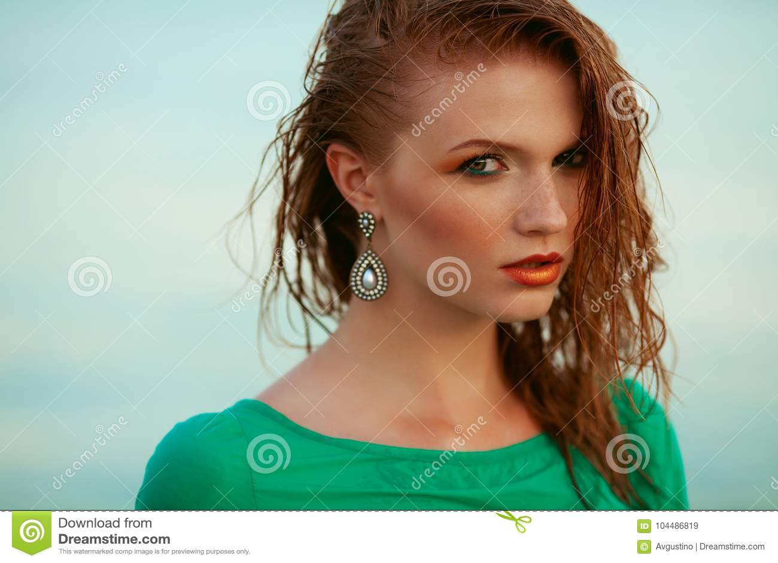 塑造年轻模型画象与湿长的姜红色头发的