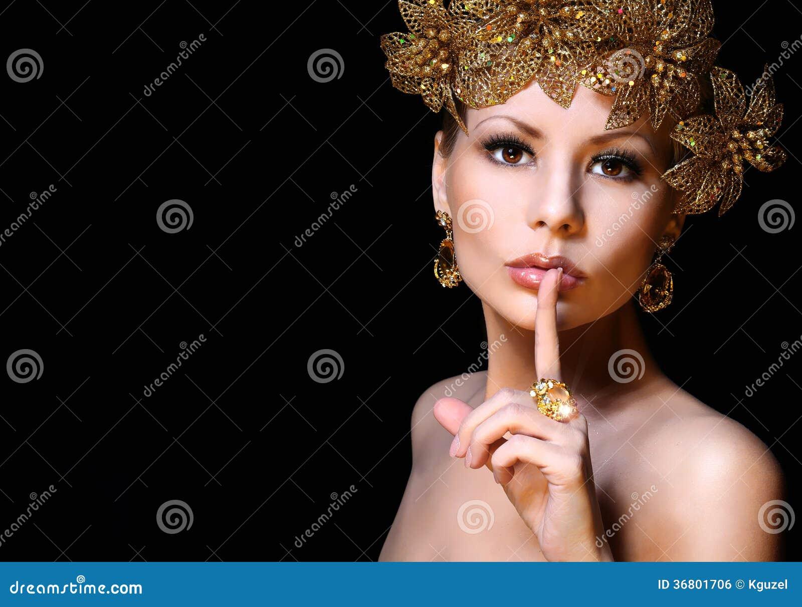 塑造有金首饰的女孩在黑背景。秀丽