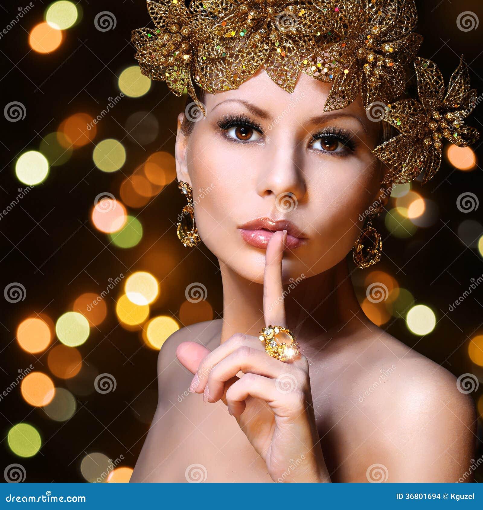 塑造有金首饰的女孩在bokeh背景。秀丽