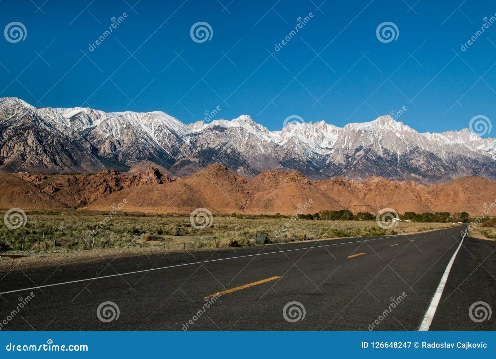 塑造死亡谷沙漠,高速公路旅行风景视图的西部墙壁Panamint范围高山在加利福尼亚