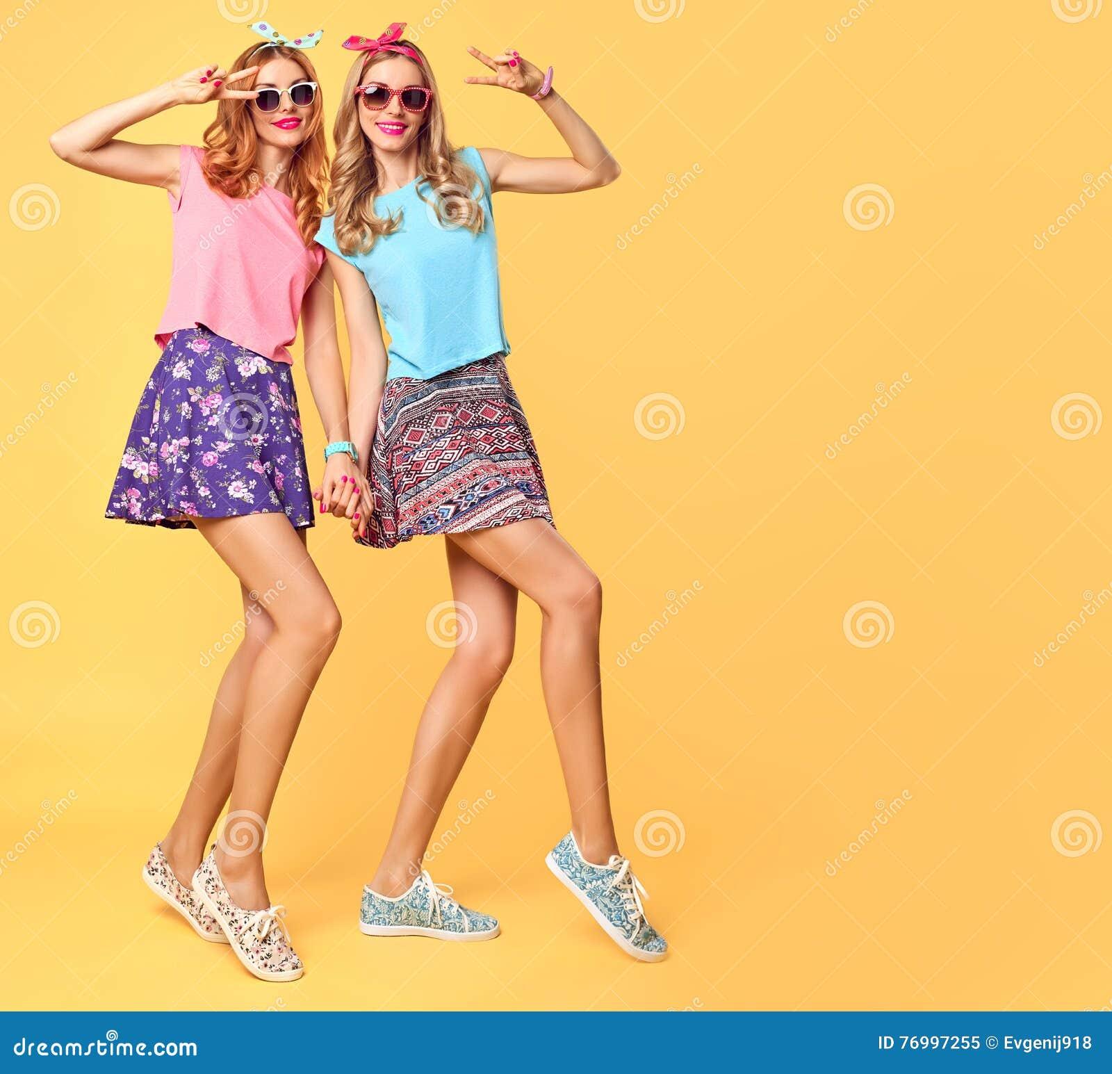 塑造疯狂滑稽的女孩获得乐趣,舞蹈 朋友