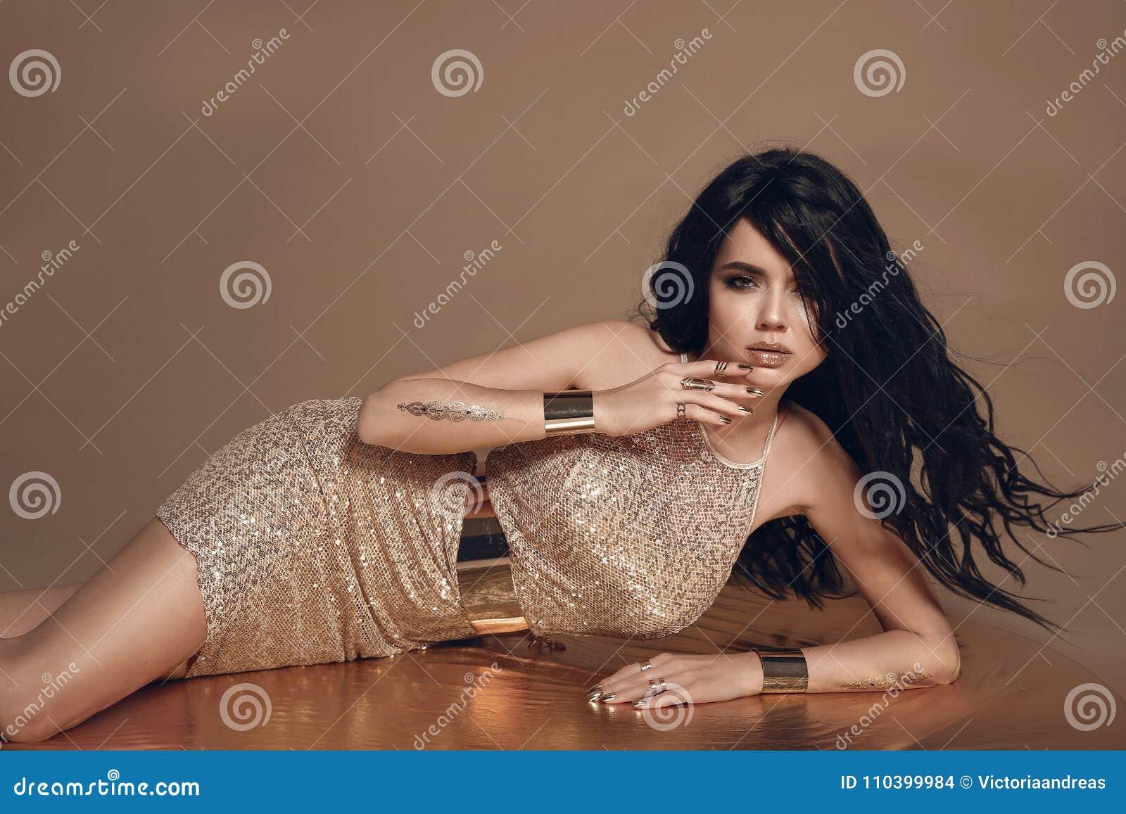 塑造美丽的性感的深色的妇女照片有长期吹的