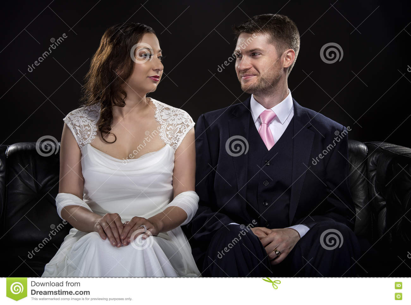 塑造艺术装饰样式婚礼衣服和礼服的允诺的夫妇