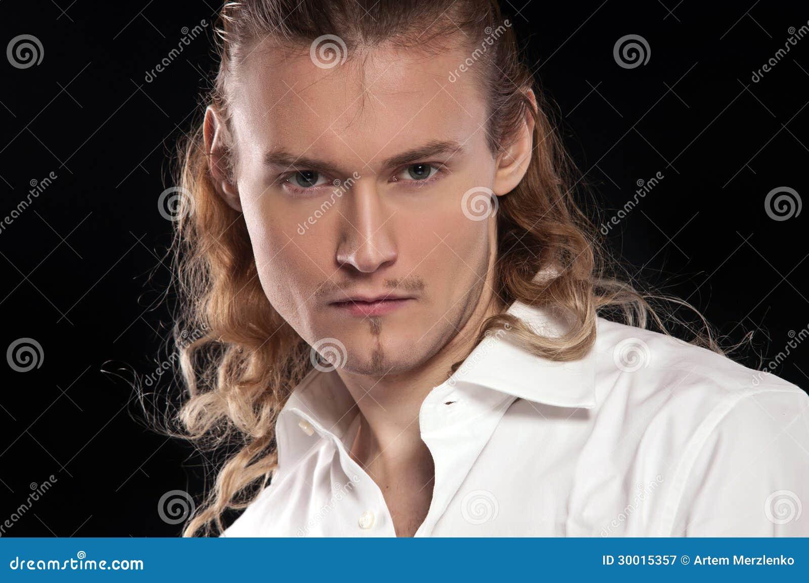 英俊的性感的年轻人时尚画象