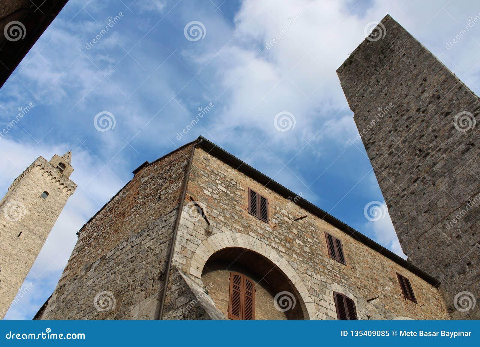 塔到达对在圣Gimigniano,意大利的天空