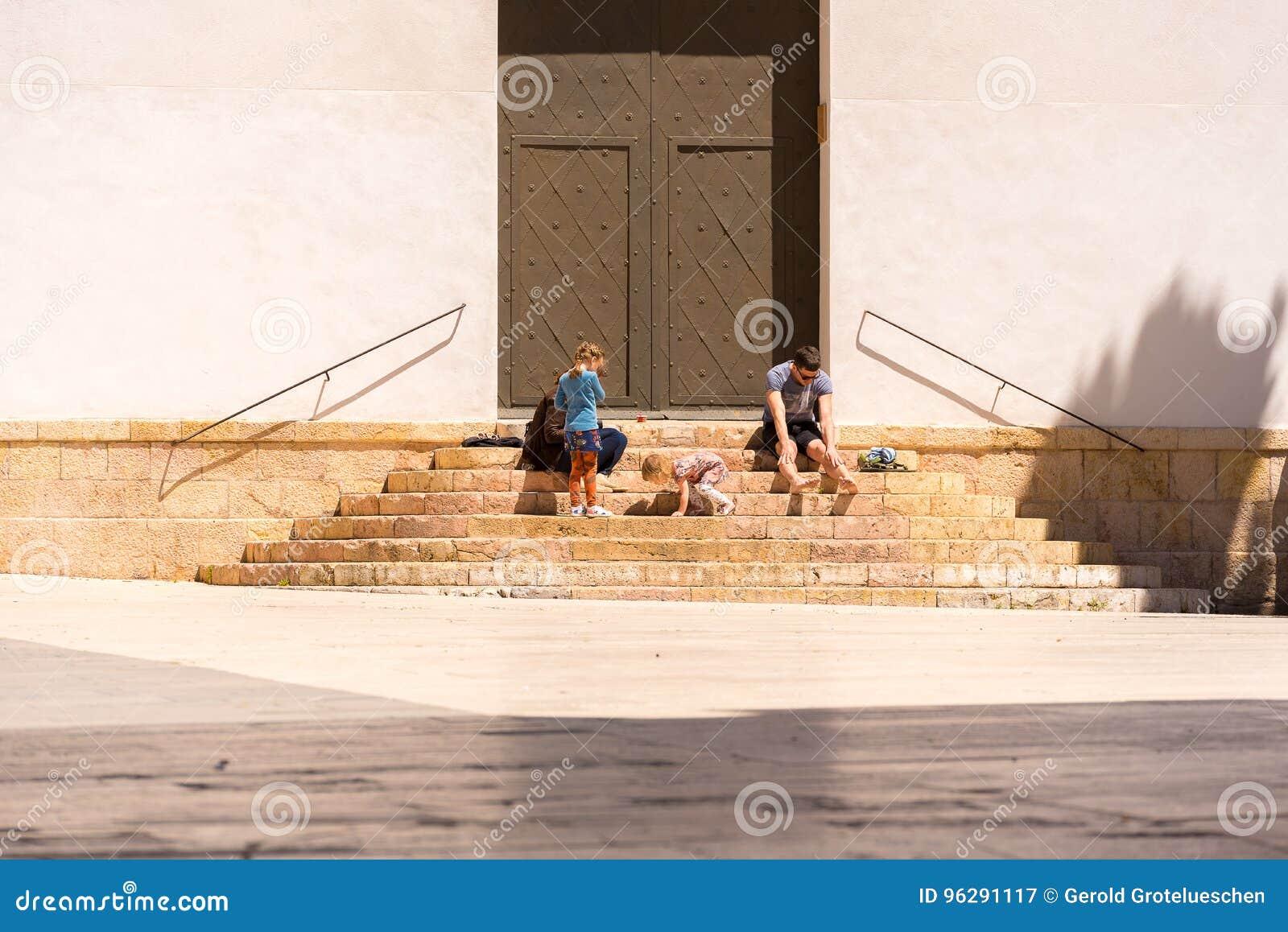 塔拉贡纳,西班牙- 2017年5月1日:台阶的孩子在门附近 复制文本的空间