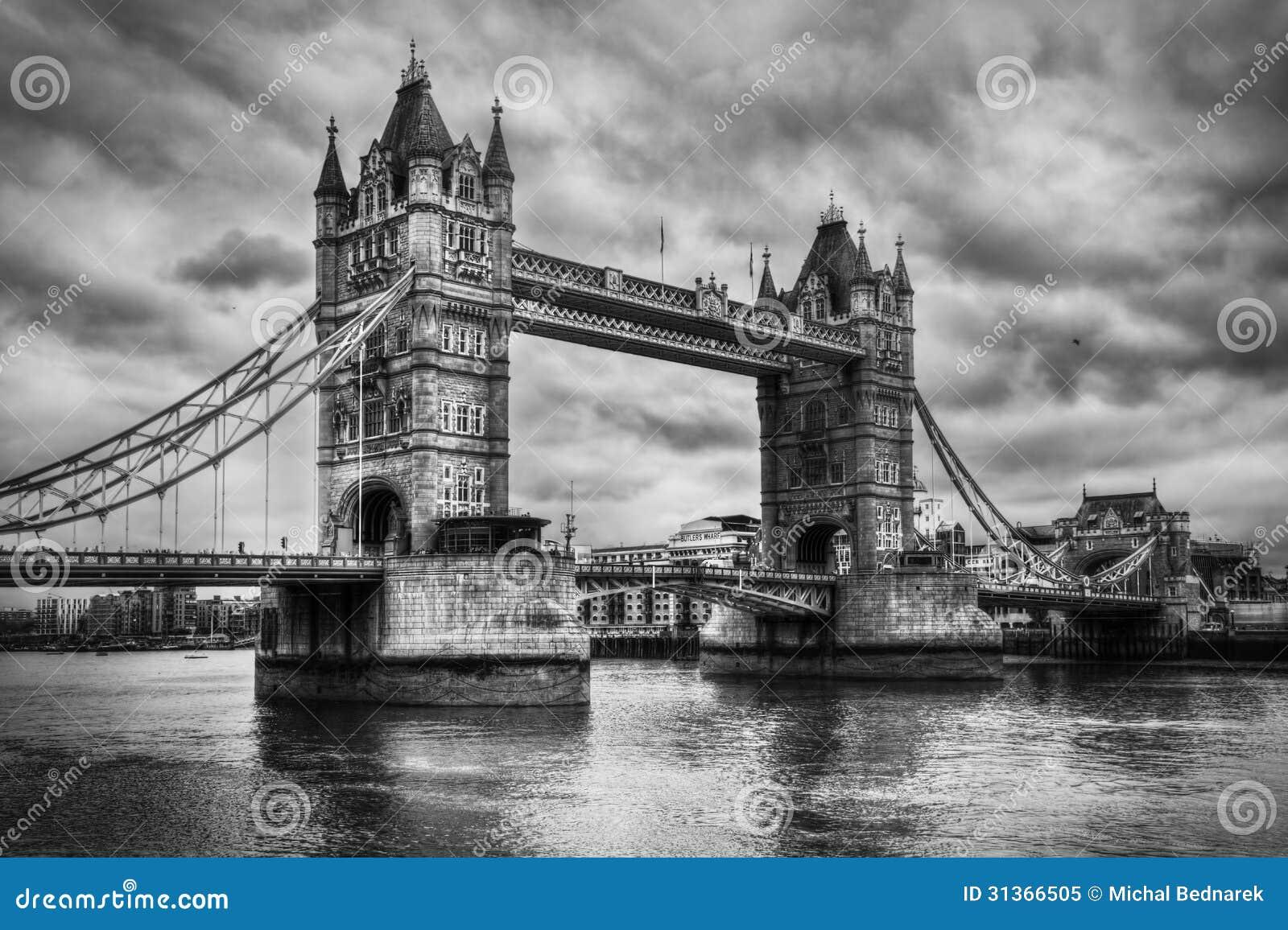 塔桥梁在伦敦,英国。黑白