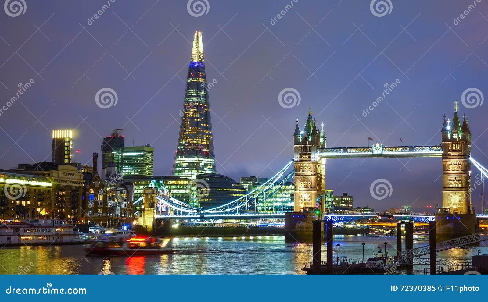 塔桥梁在晚上