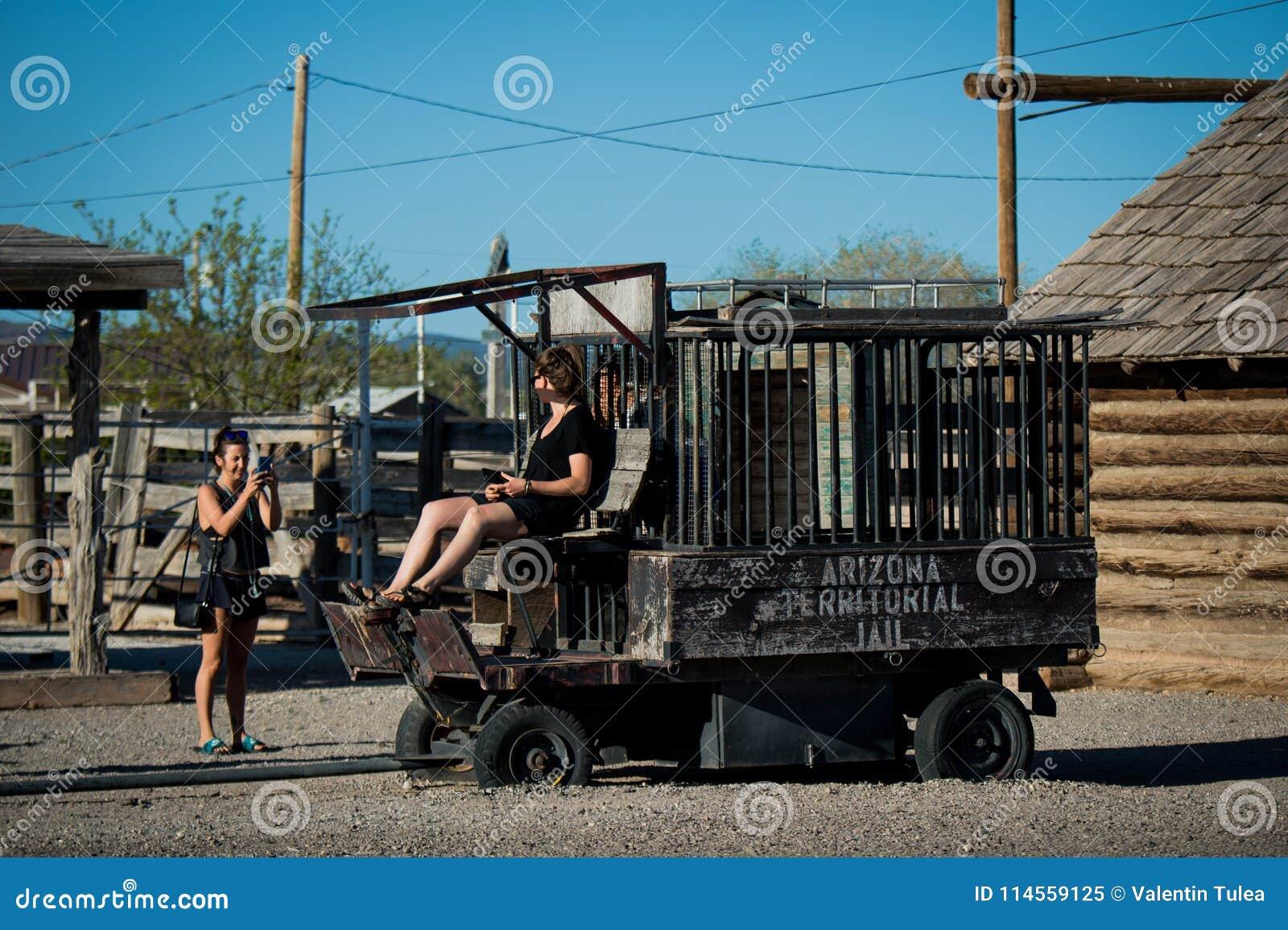 塞利格曼-女孩获得乐趣在沿路线66的一所老监狱