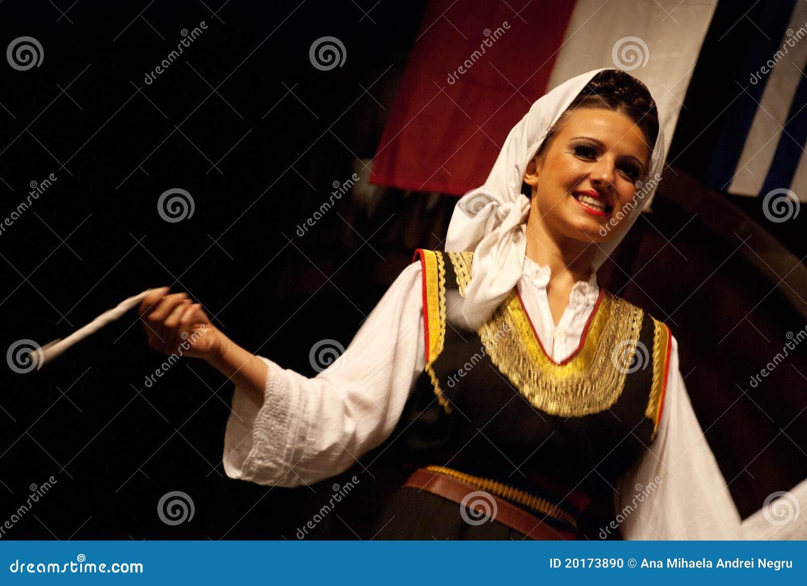 塞尔维亚人在黑色查出的妇女民间舞蹈