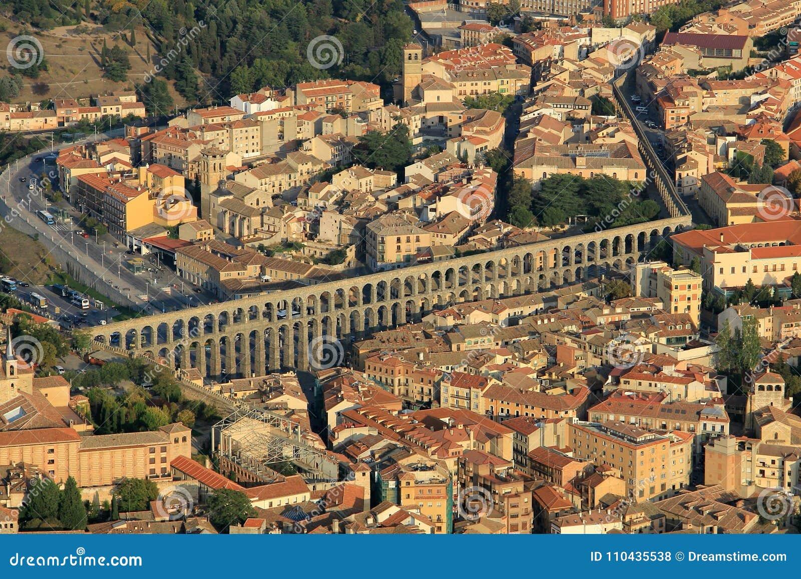塞戈维亚,中世纪市鸟瞰图西班牙 它显示渡槽和城市的市中心