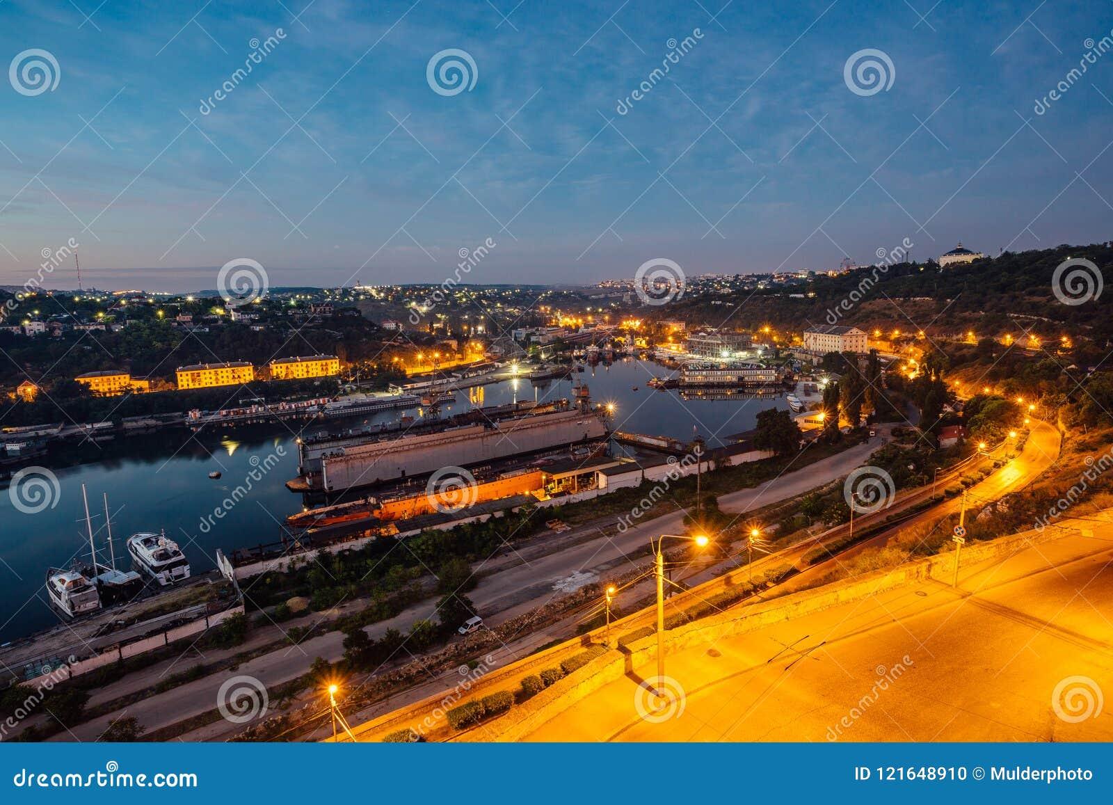塞瓦斯托波尔,克里米亚夜鸟瞰图  港口,货船