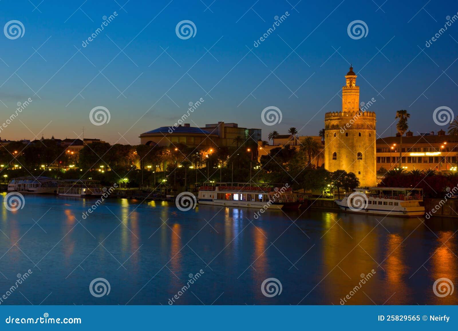 塞维利亚在晚上,西班牙都市风景