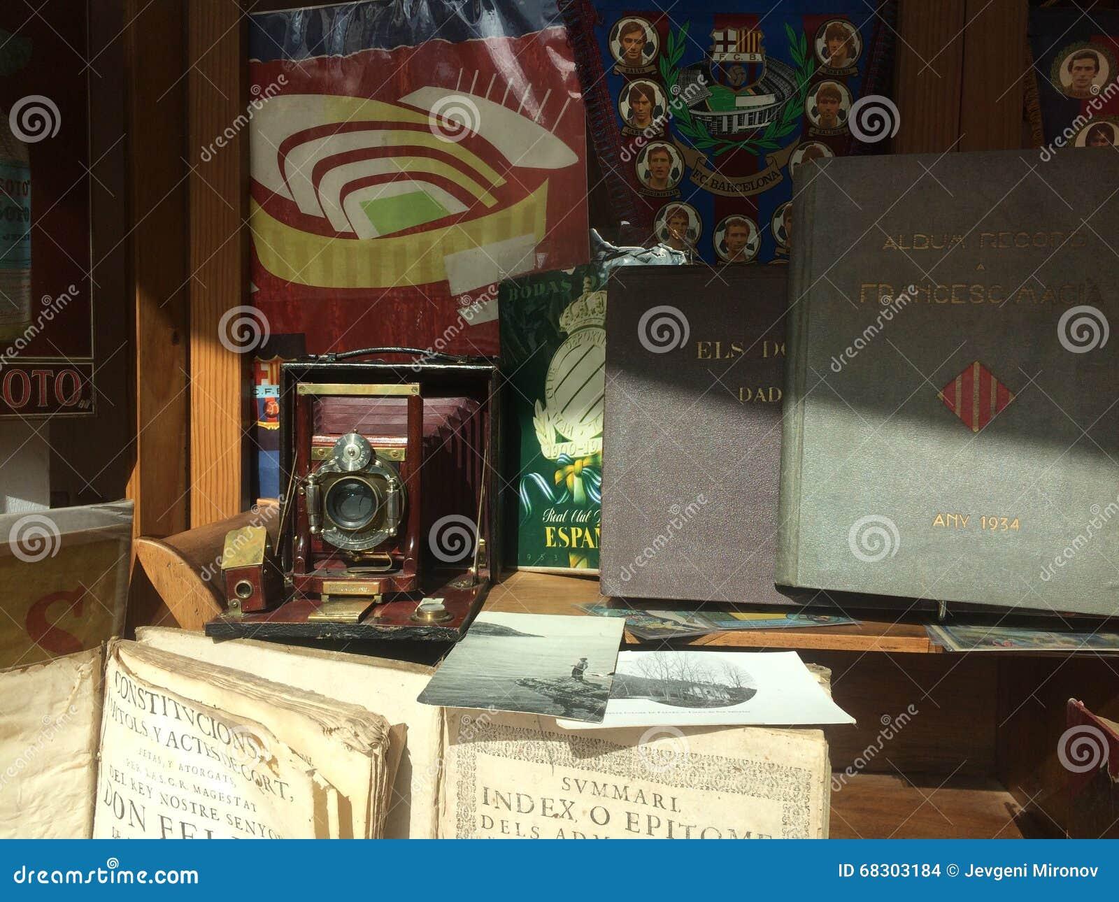 巴塞罗那,西班牙, 2016年3月:古色古香和老商品贸易在地方跳蚤市场上的