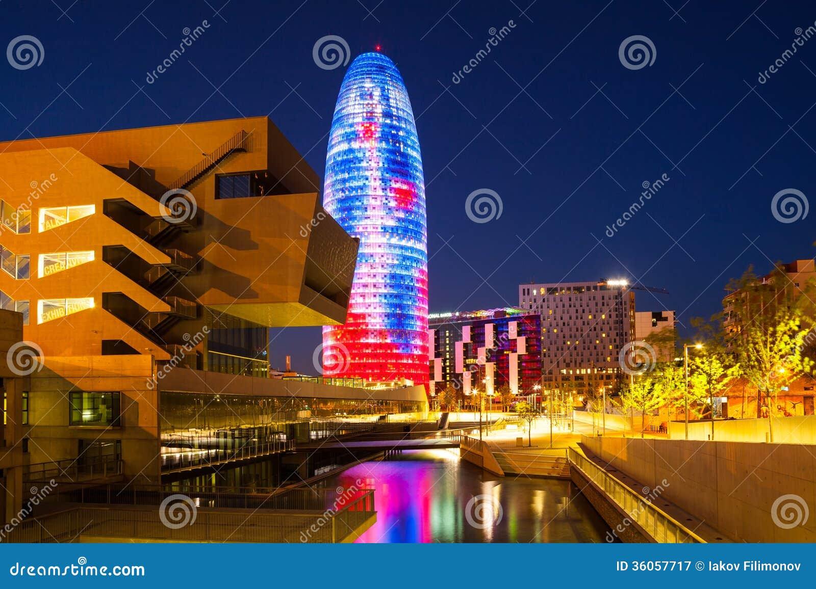 巴塞罗那, Torre agbar摩天大楼看法在夜