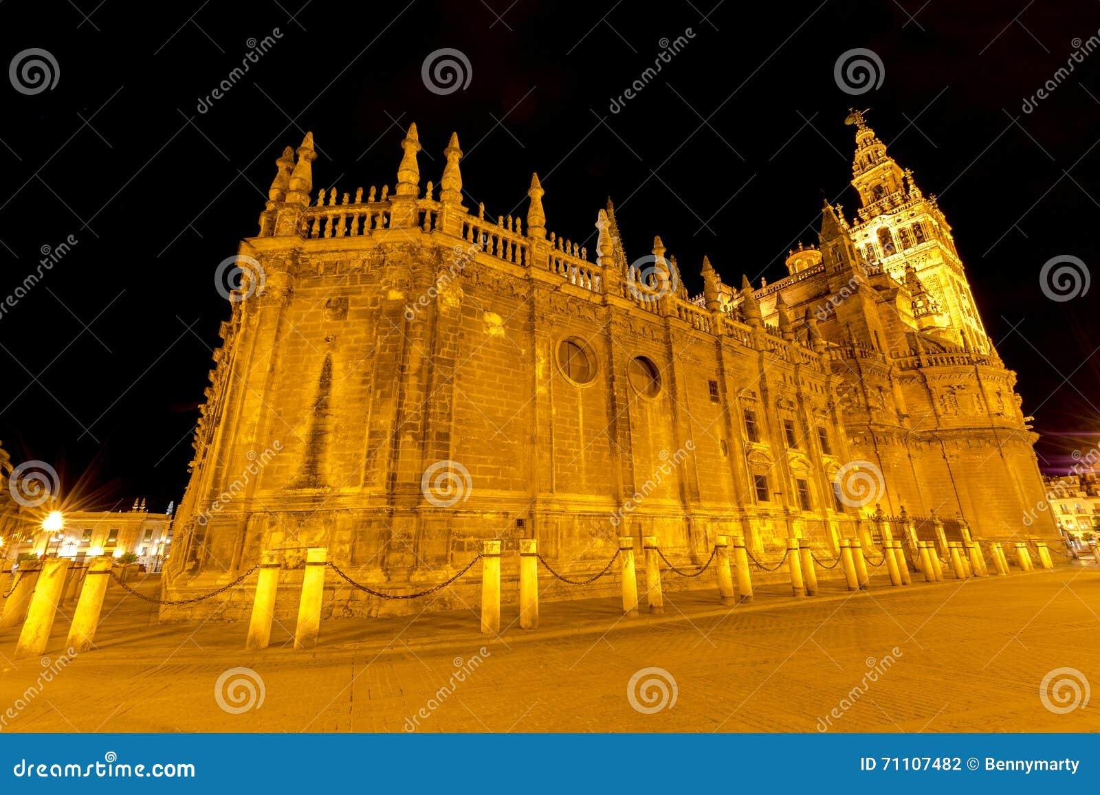 塞维利亚大教堂在晚上之前