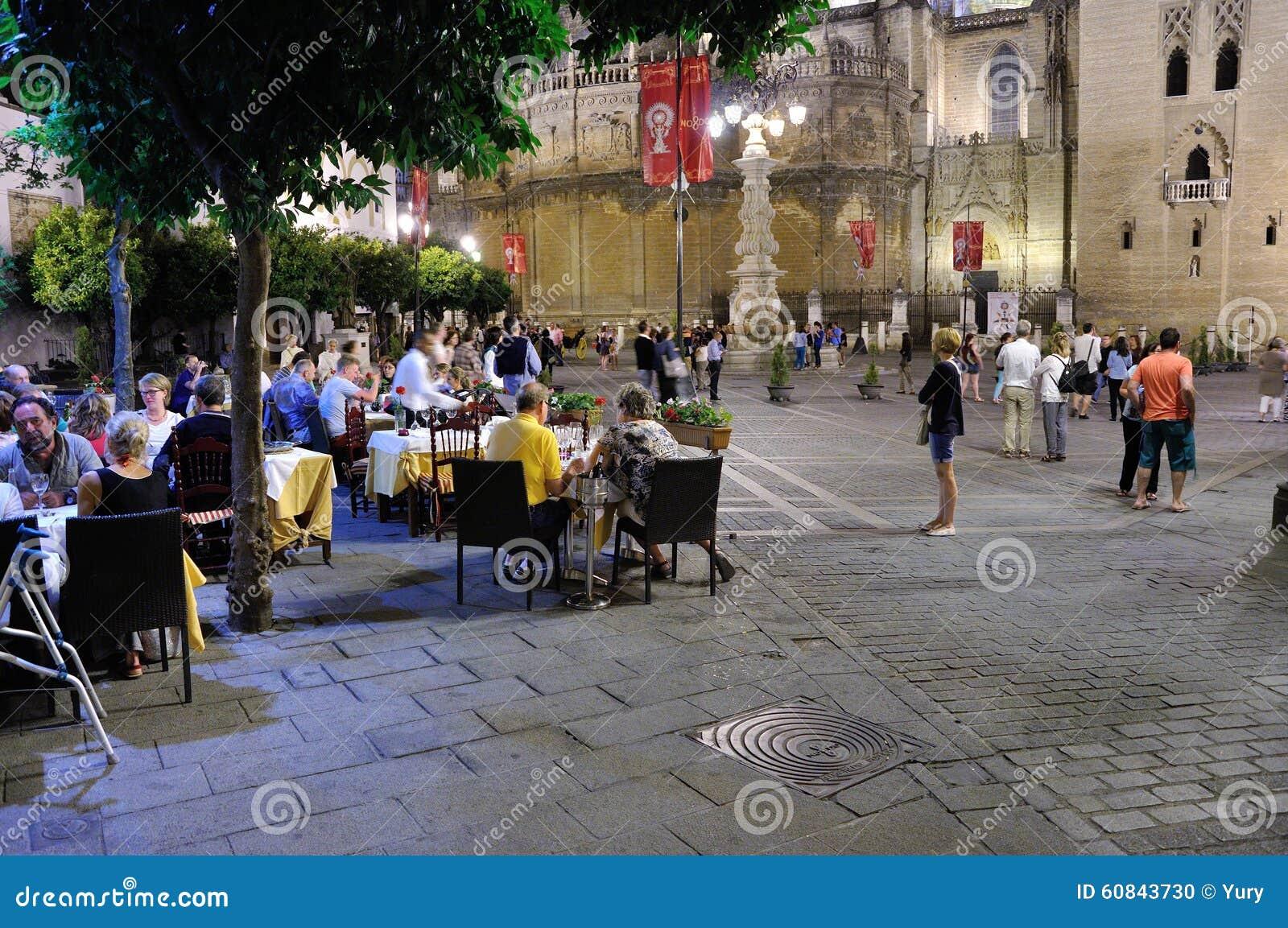 塞维利亚街道在晚上