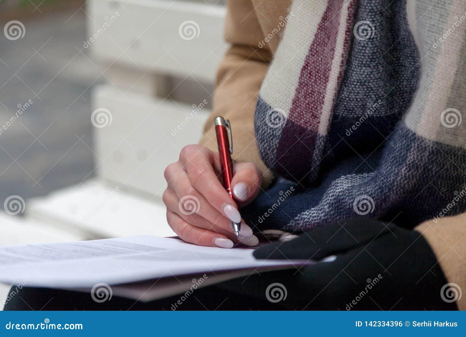 填好形式的手和笔的图象