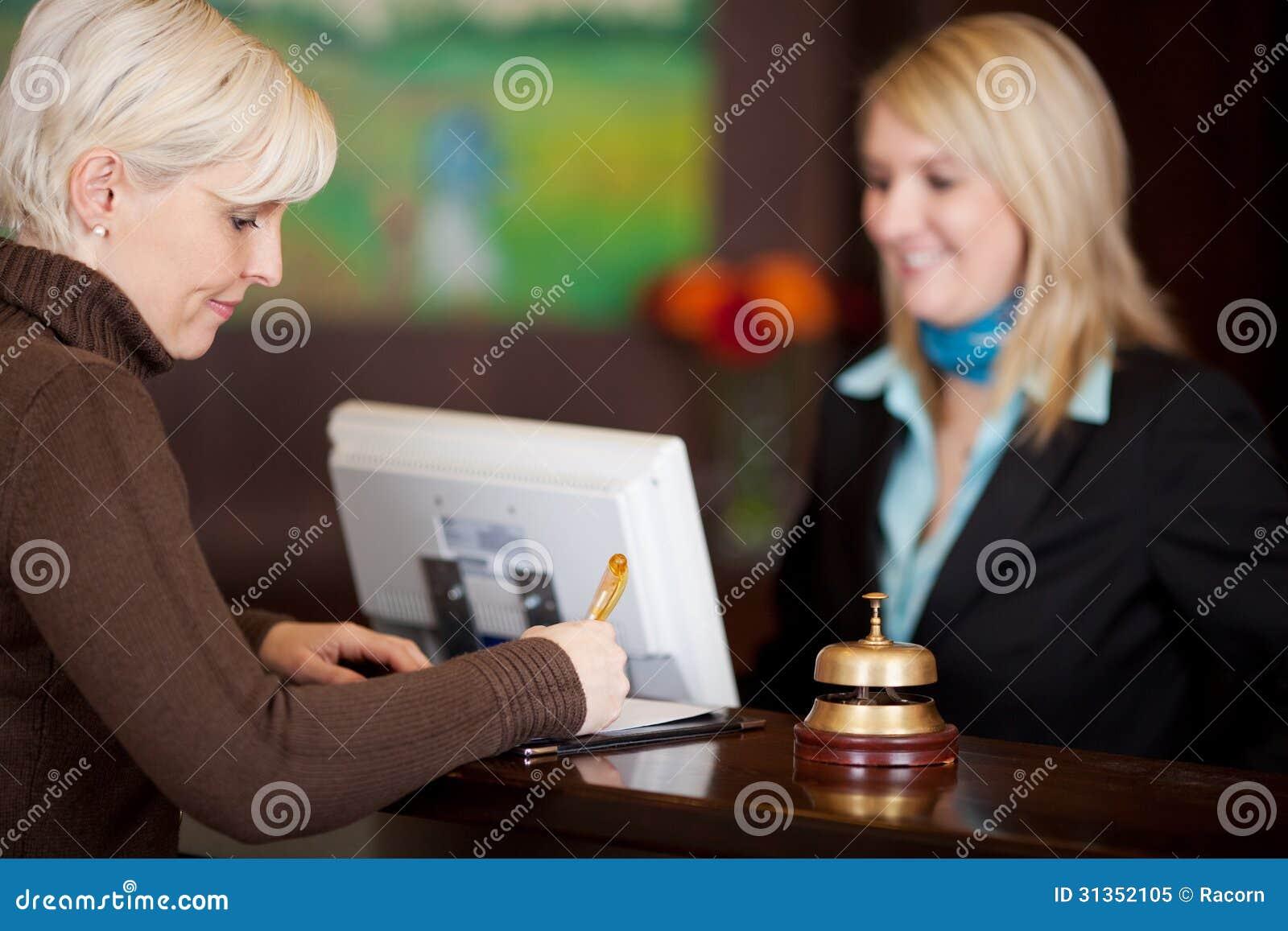 填装公式的客人在旅馆柜台