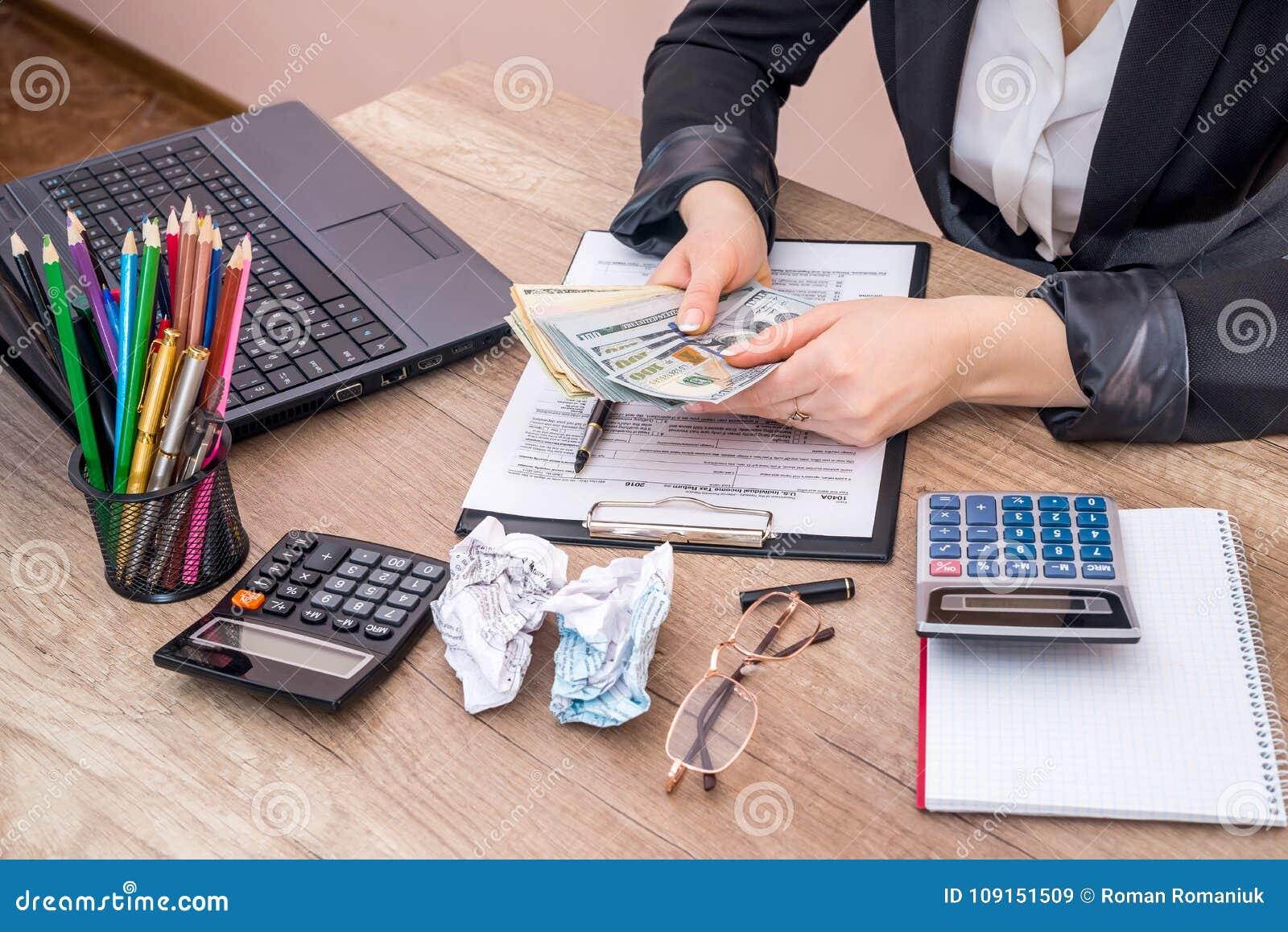 填装1040个个体收入税单的妇女