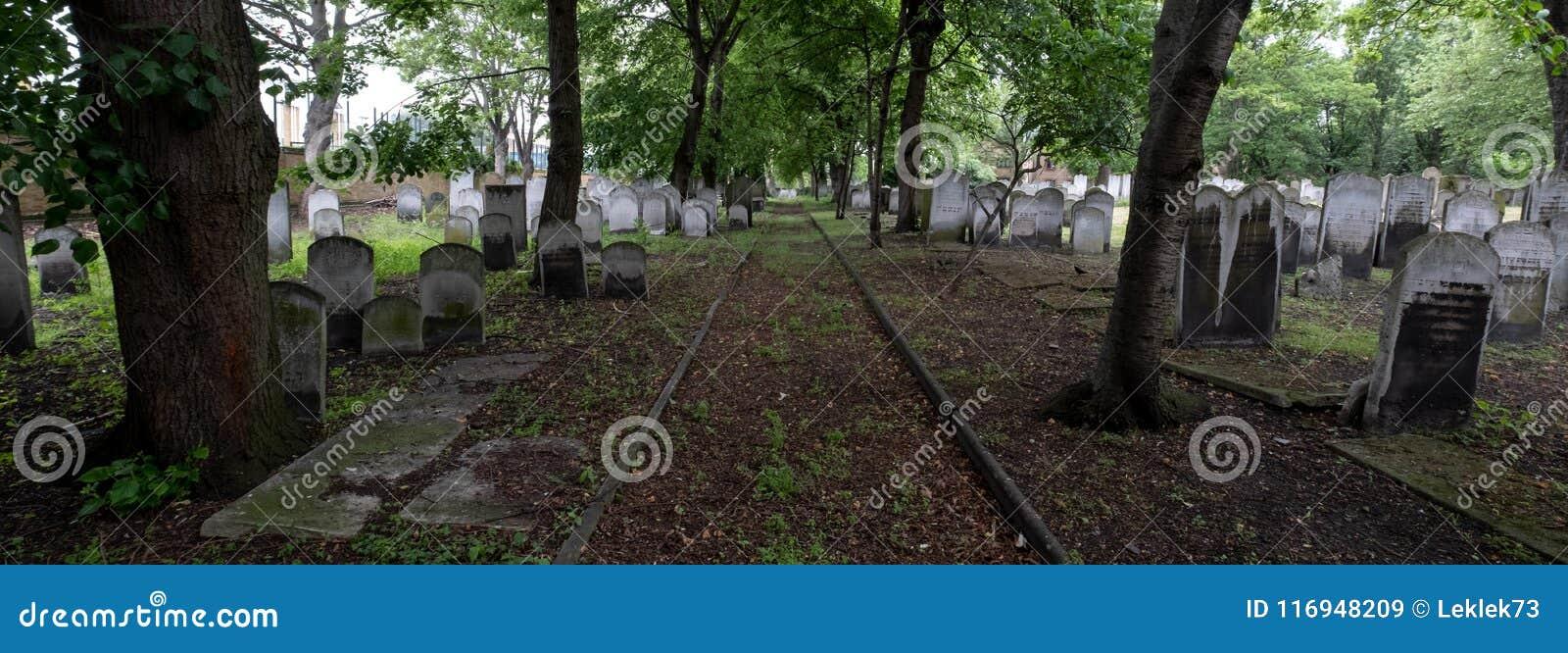 墓碑全景照片在历史的犹太公墓的布兰蒂街的,白教堂,东伦敦