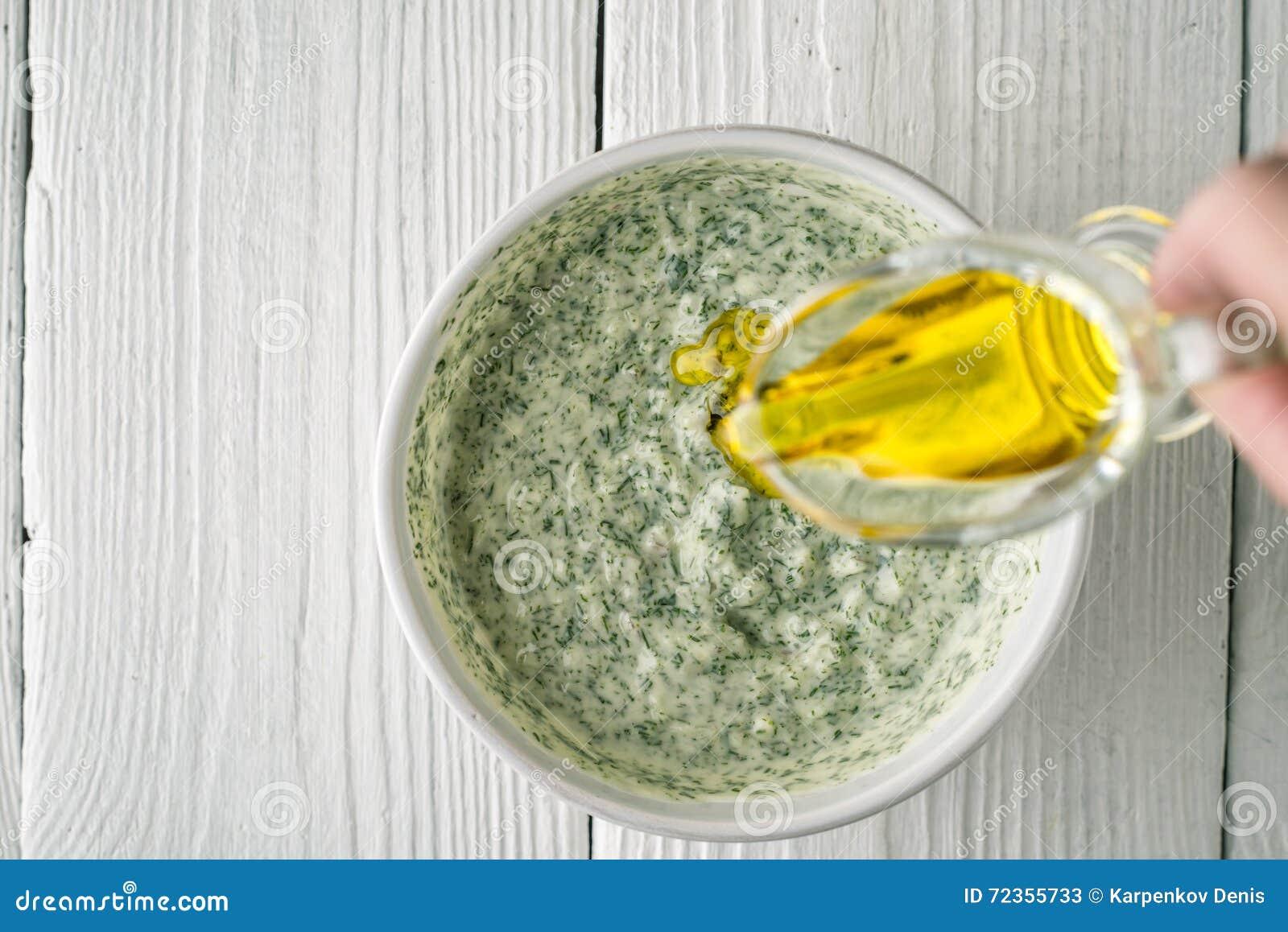 增加在tzatziki顶视图的橄榄油