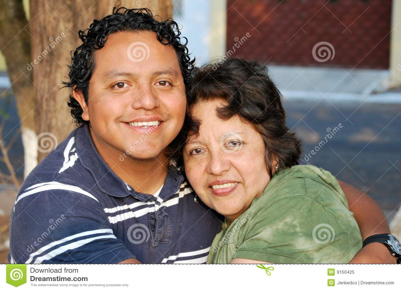 增长她的西班牙母亲儿子