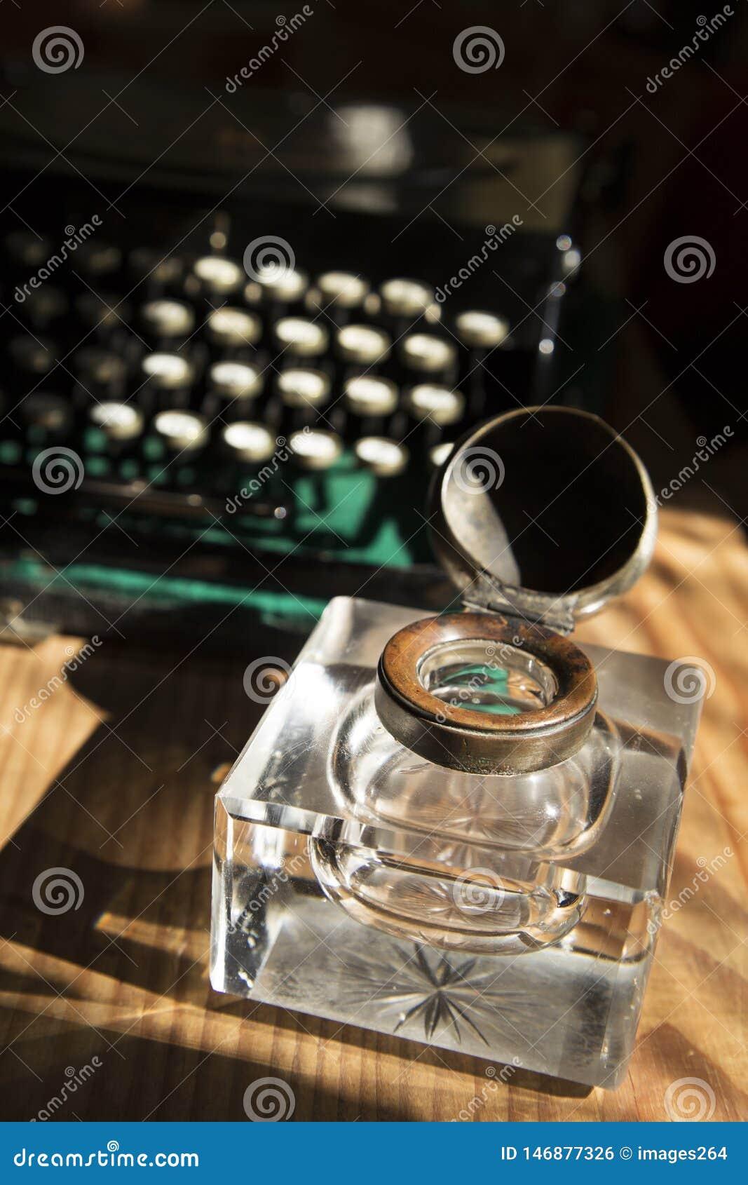 墨水池和打字机