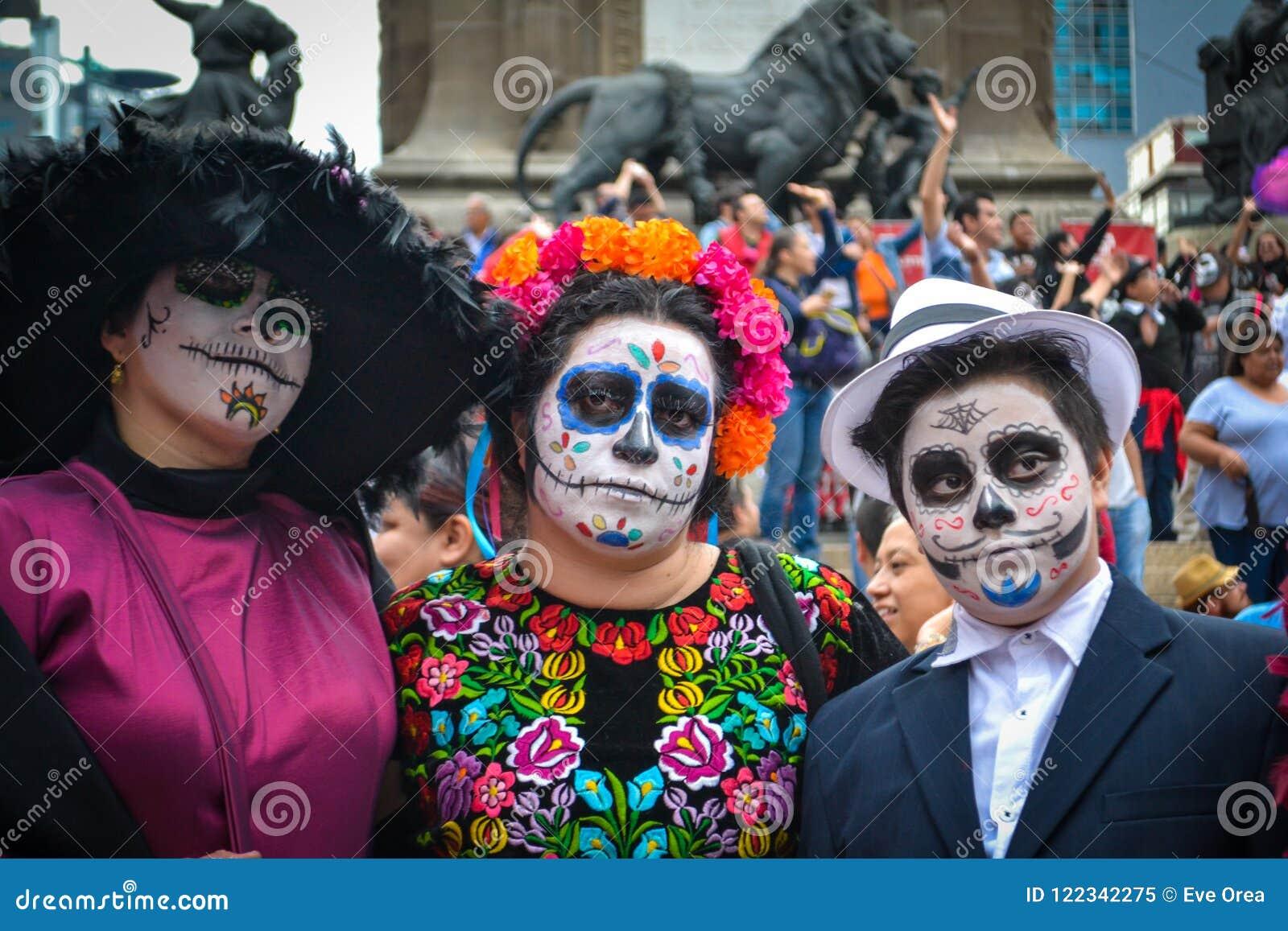 墨西哥城,墨西哥,;2016年10月26日:一个家庭的画象在乔装的死的游行的天在墨西哥城
