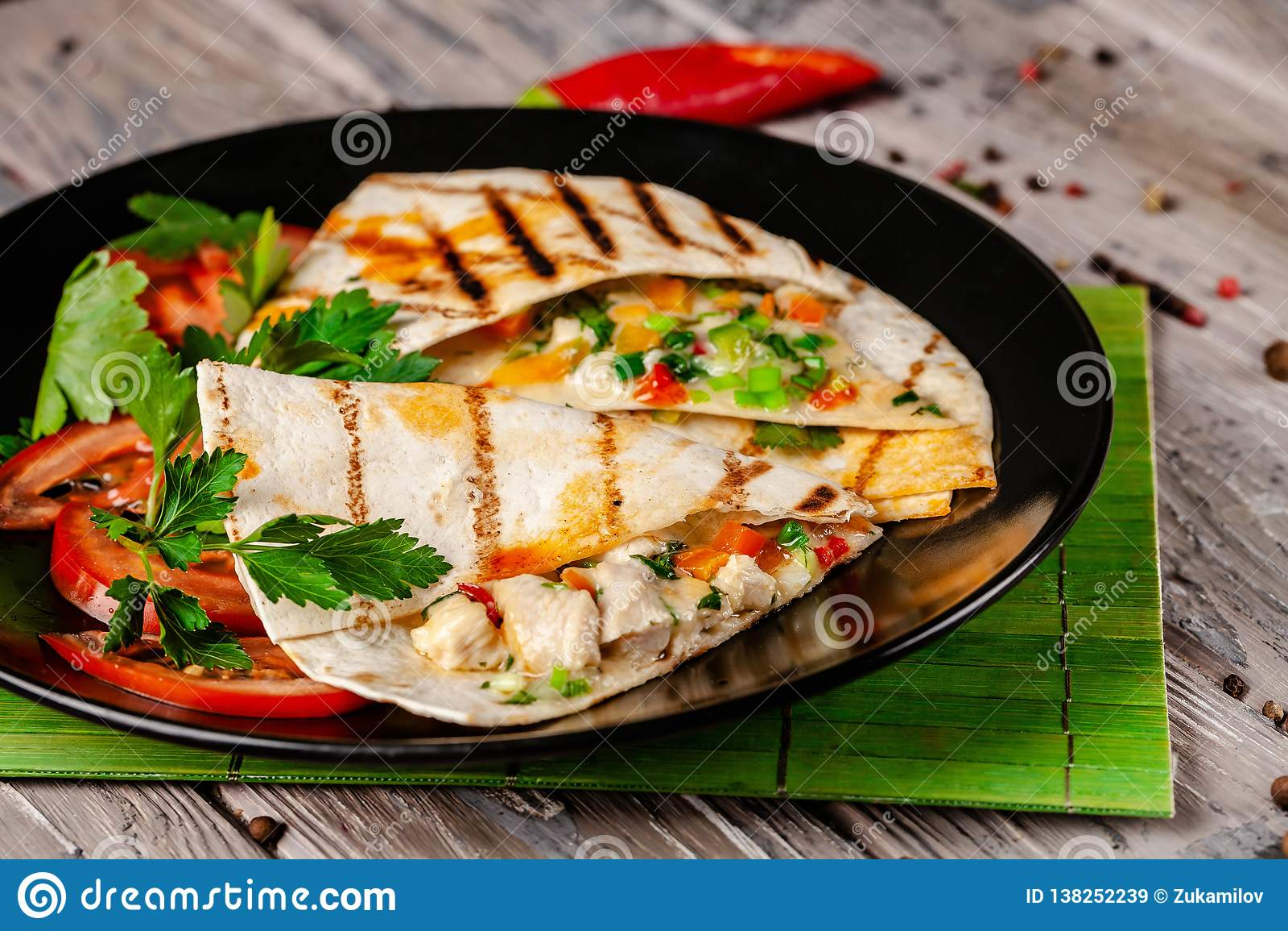 墨西哥烹调的概念 与鸡、玉米、豆沙、蕃茄、红洋葱和辣椒的墨西哥炸玉米饼