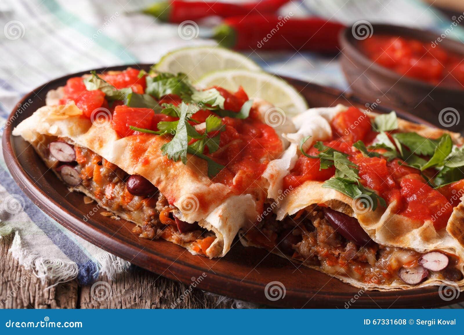 墨西哥食物:与蕃茄水平辣调味汁的特写镜头的chimichanga