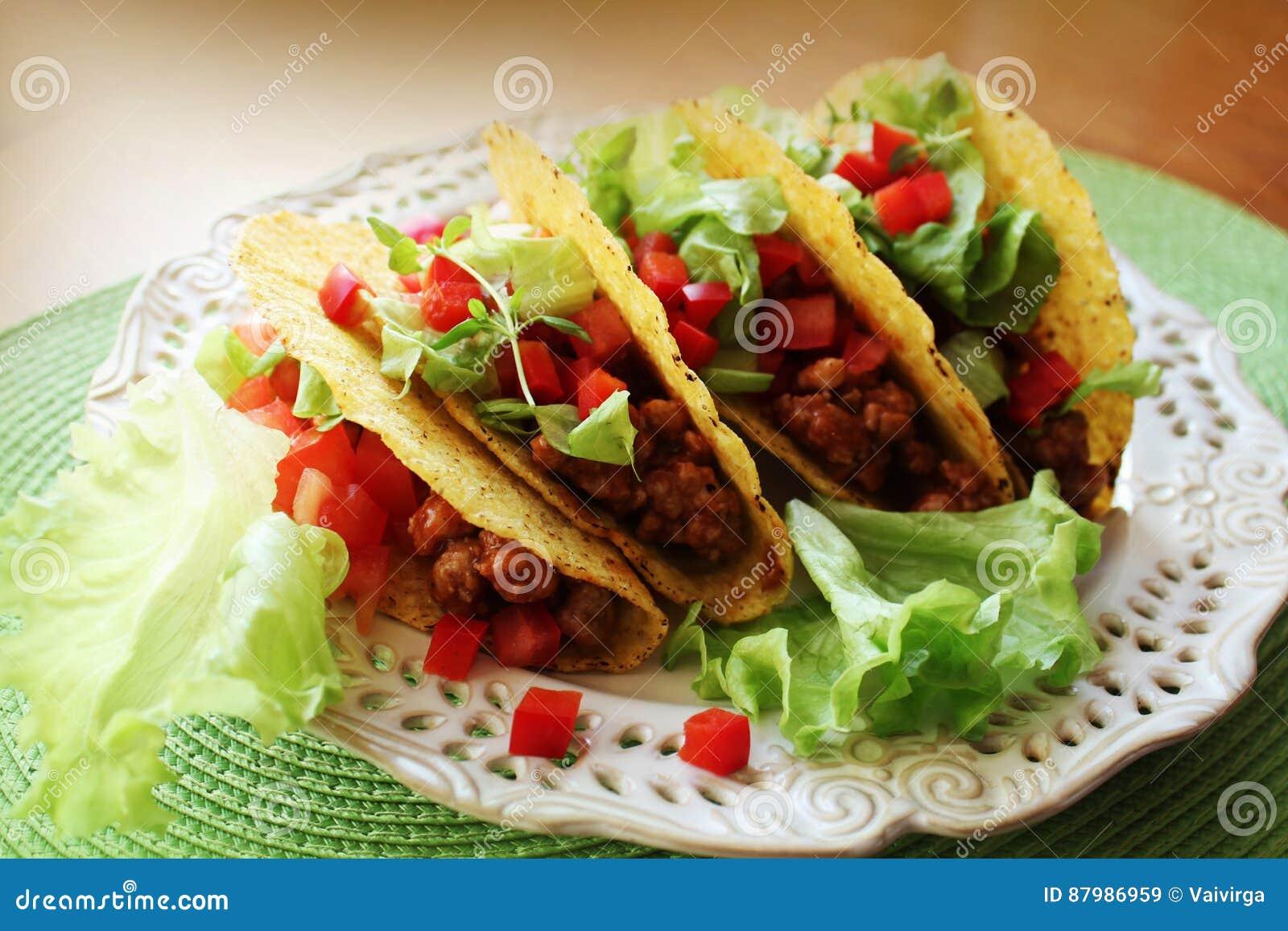 墨西哥食物-炸玉米饼用肉、莴苣和蕃茄