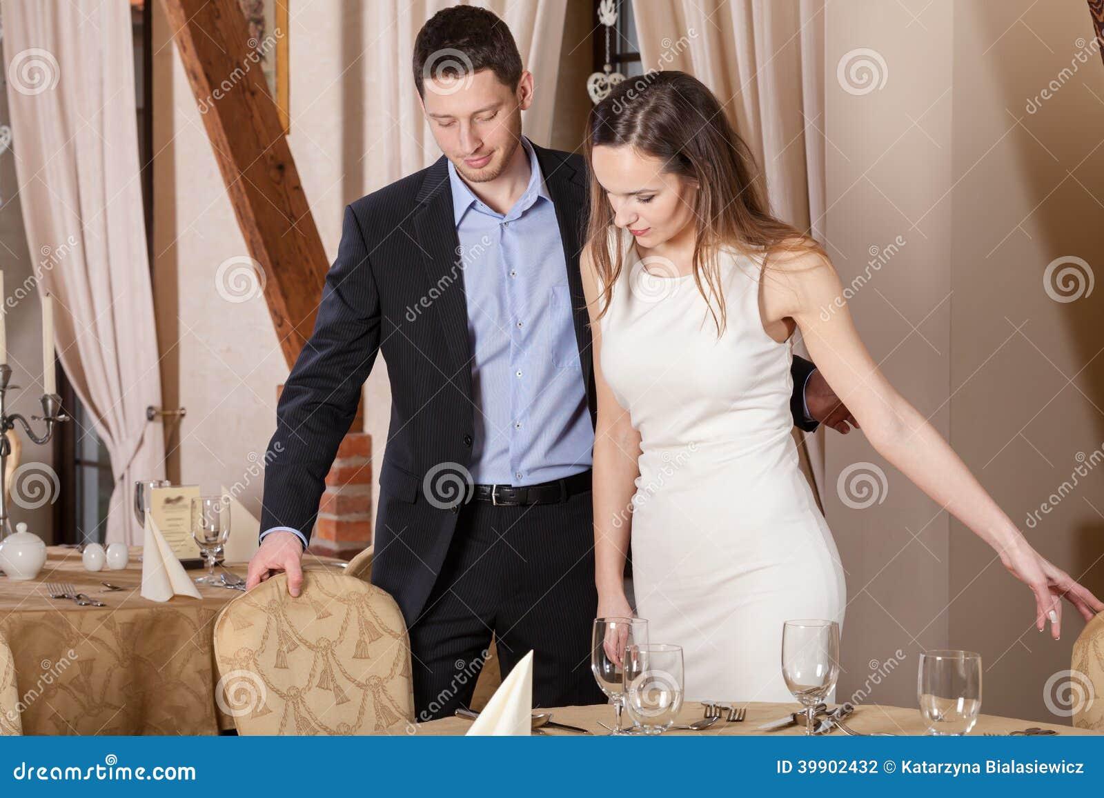 绅士在餐馆