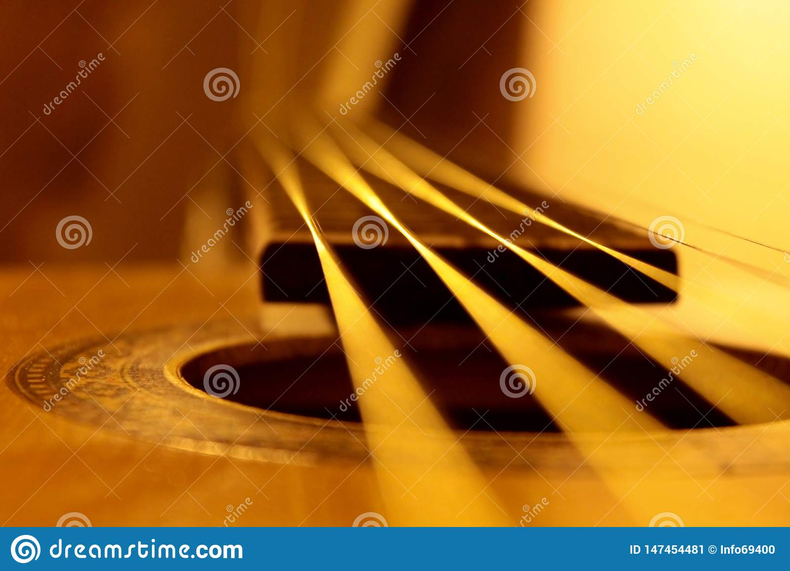 声学吉他串特写镜头、温暖的颜色和抽象看法