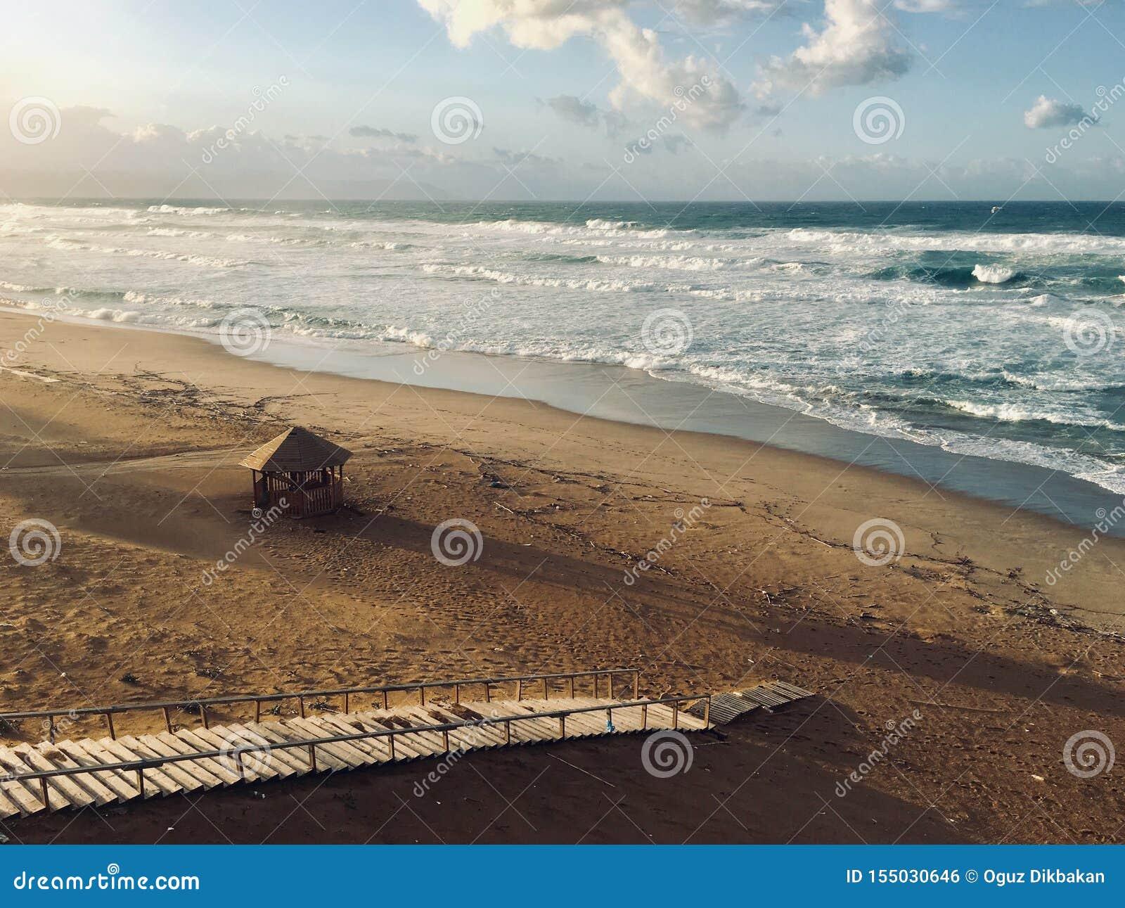 处女地中海海滨风景全景在斯基克达,阿尔及利亚