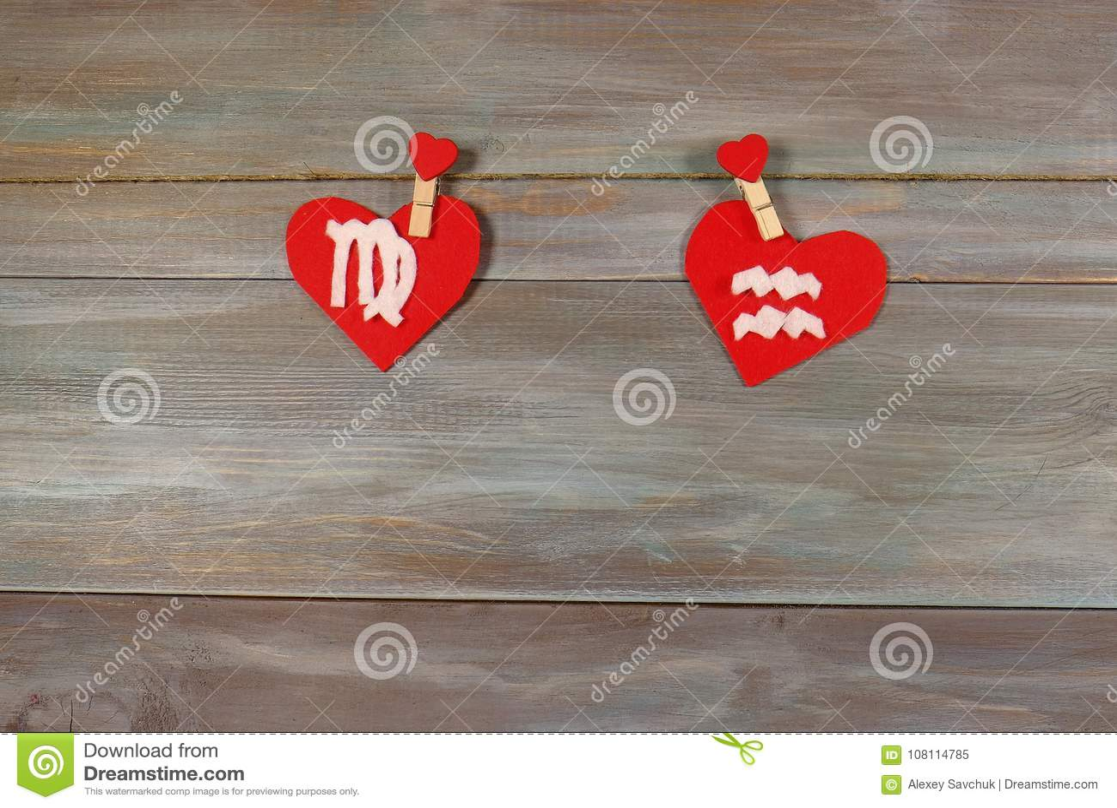 处女座和宝瓶星座 黄道十二宫和心脏 木backgr