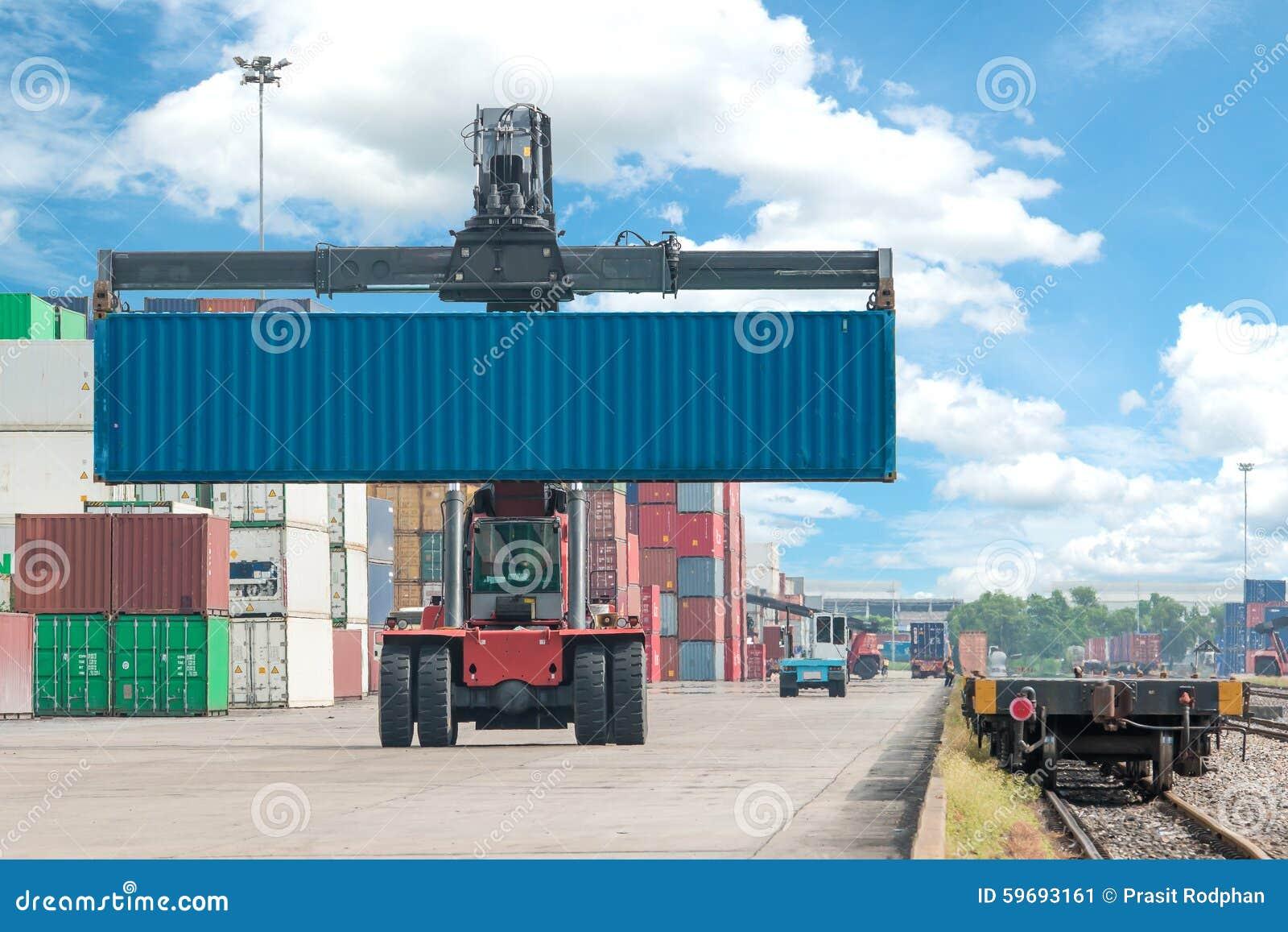 处理容器箱子的铲车装载对货车