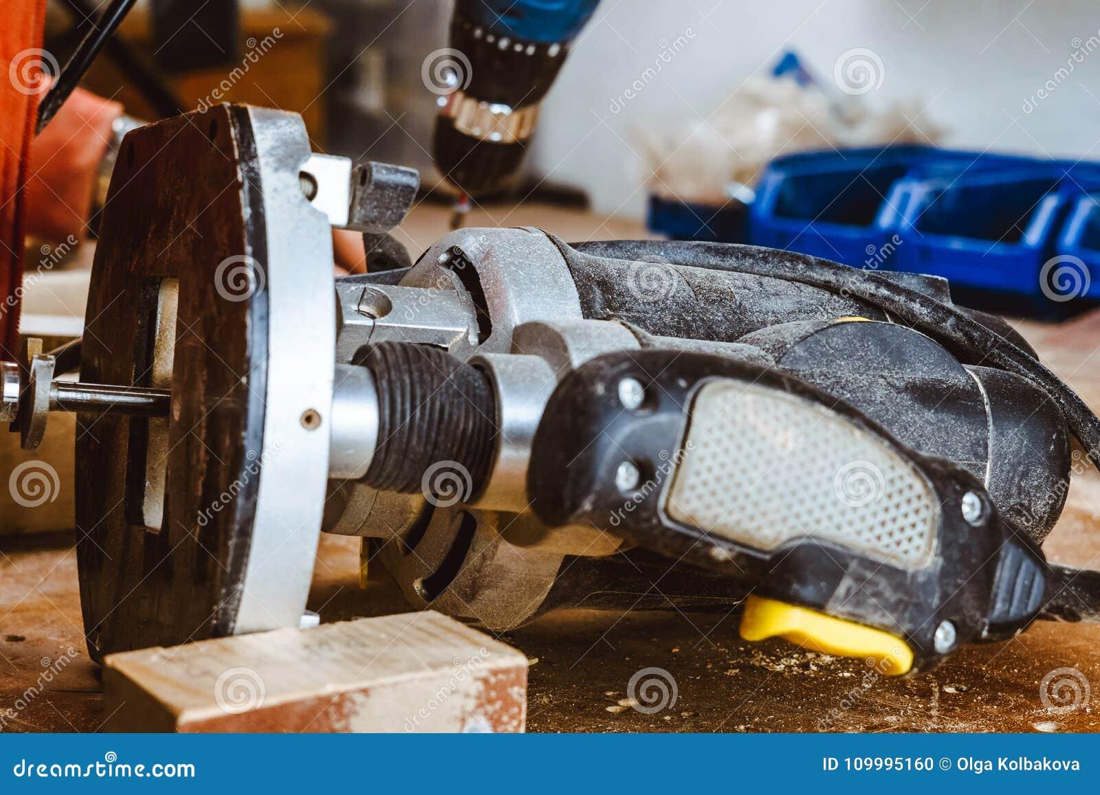 处理由一个机器的一个家具零件擦亮的树 在板,选择聚焦的磨床