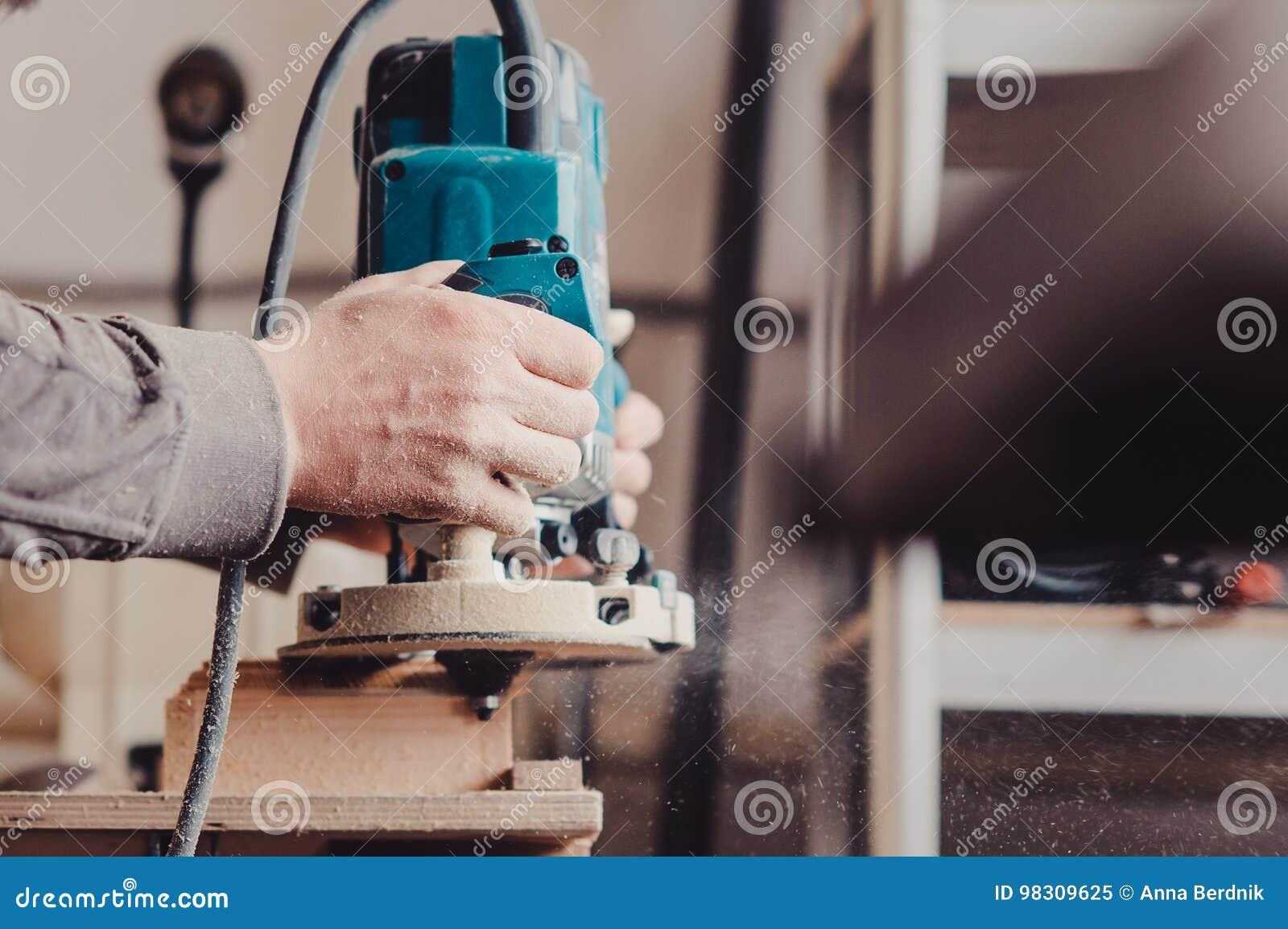 处理由一个机器的一个家具零件擦亮的树