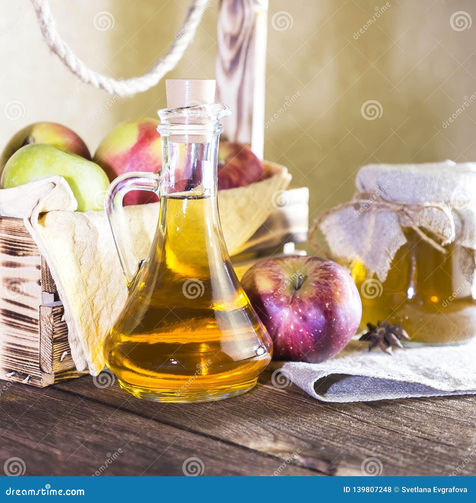 处理红色和绿色苹果一片农业庄稼  家庭装于罐中,健康饮食素食食物 加香料的苹果汁醋