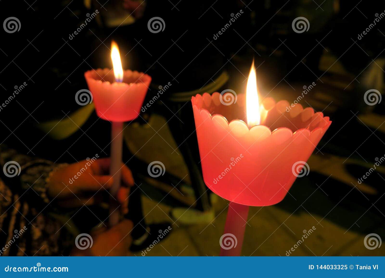 复活节假日在欧洲,在有一个蜡烛的教会里