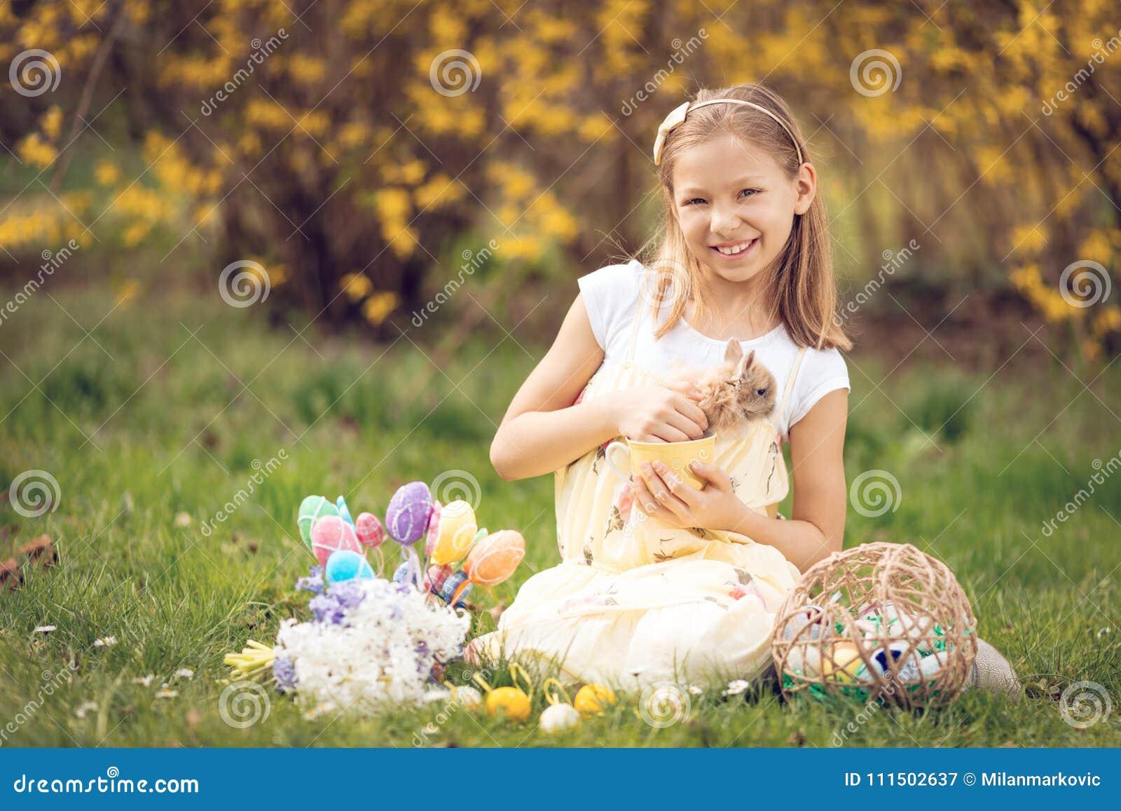 复活节兔子和小女孩