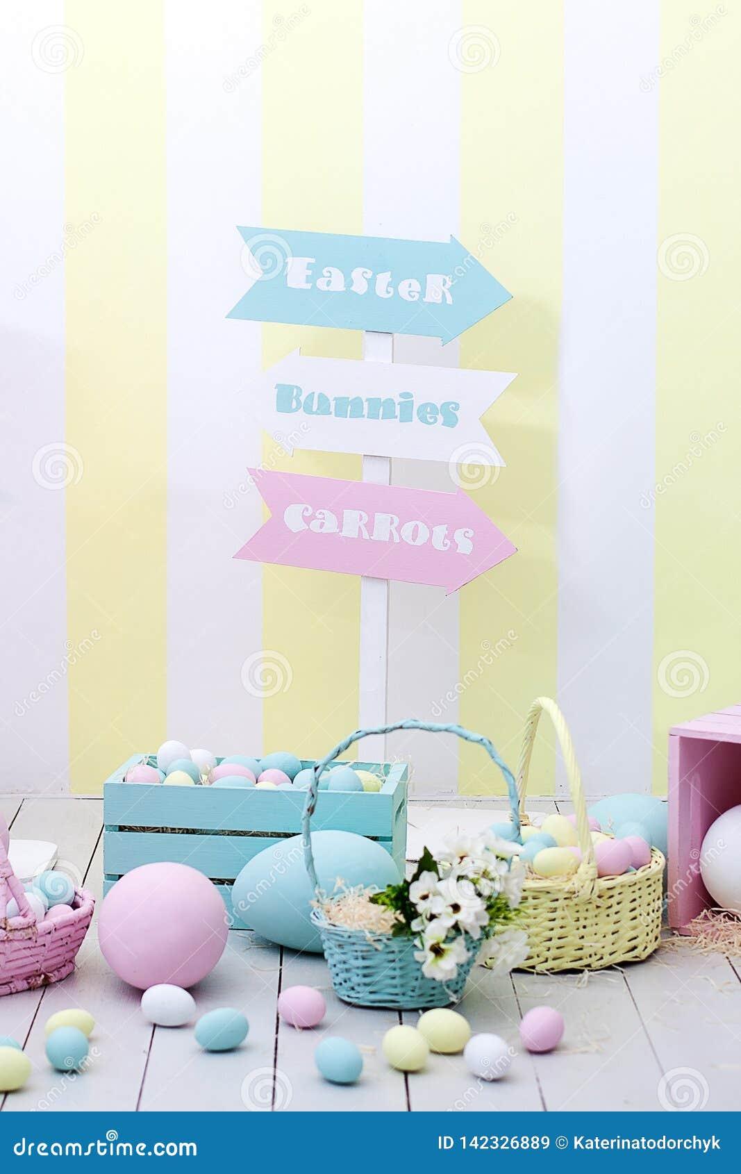 复活节和春天装饰 大多彩多姿的鸡蛋和复活节兔子