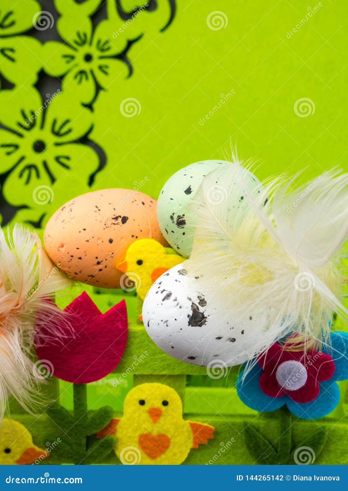 复活节构成、五颜六色的鸡蛋与羽毛,装饰花和黄色小鸡
