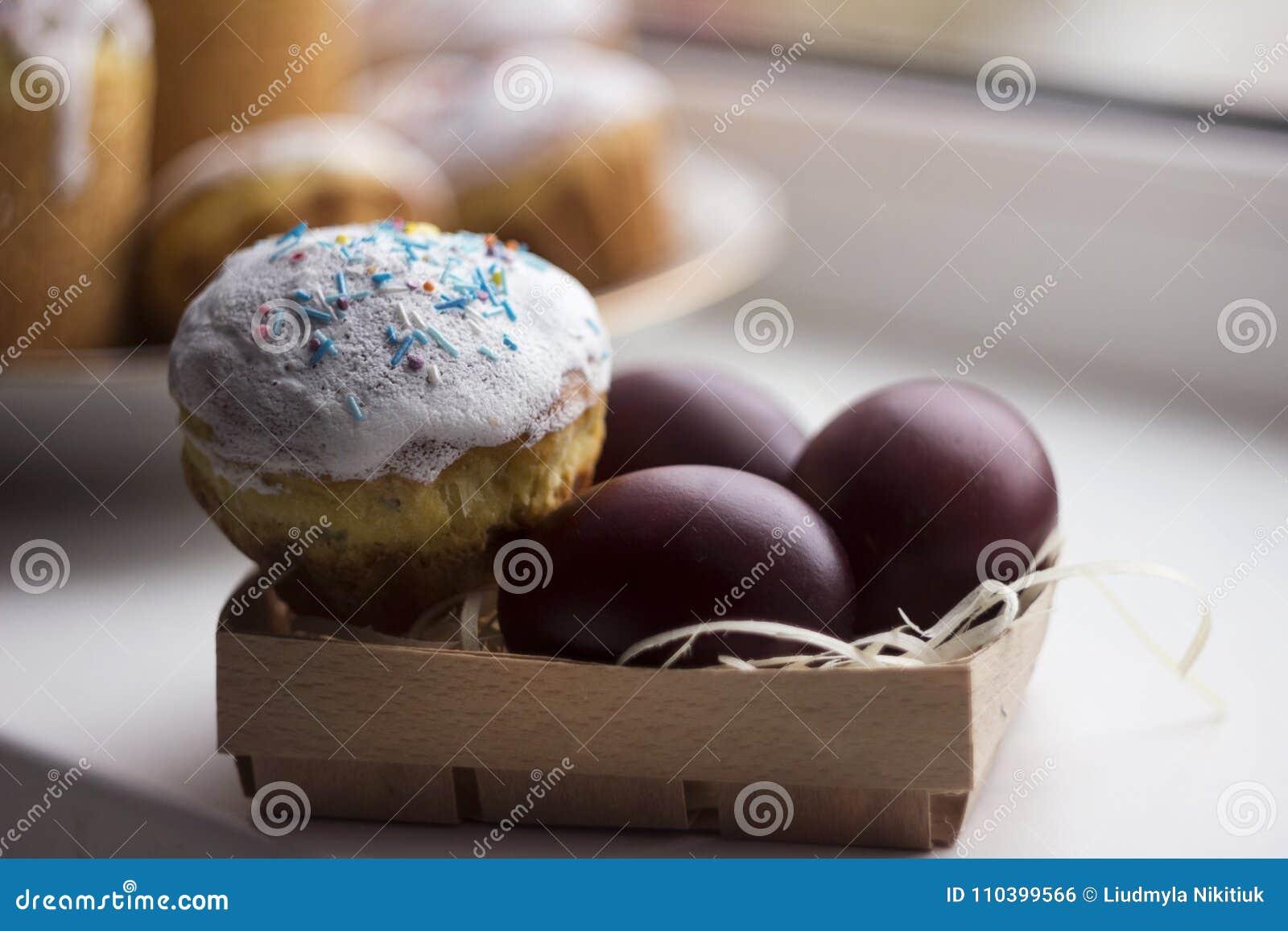 复活节蛋糕和五颜六色的复活节彩蛋在一块窗口基石在灯芯